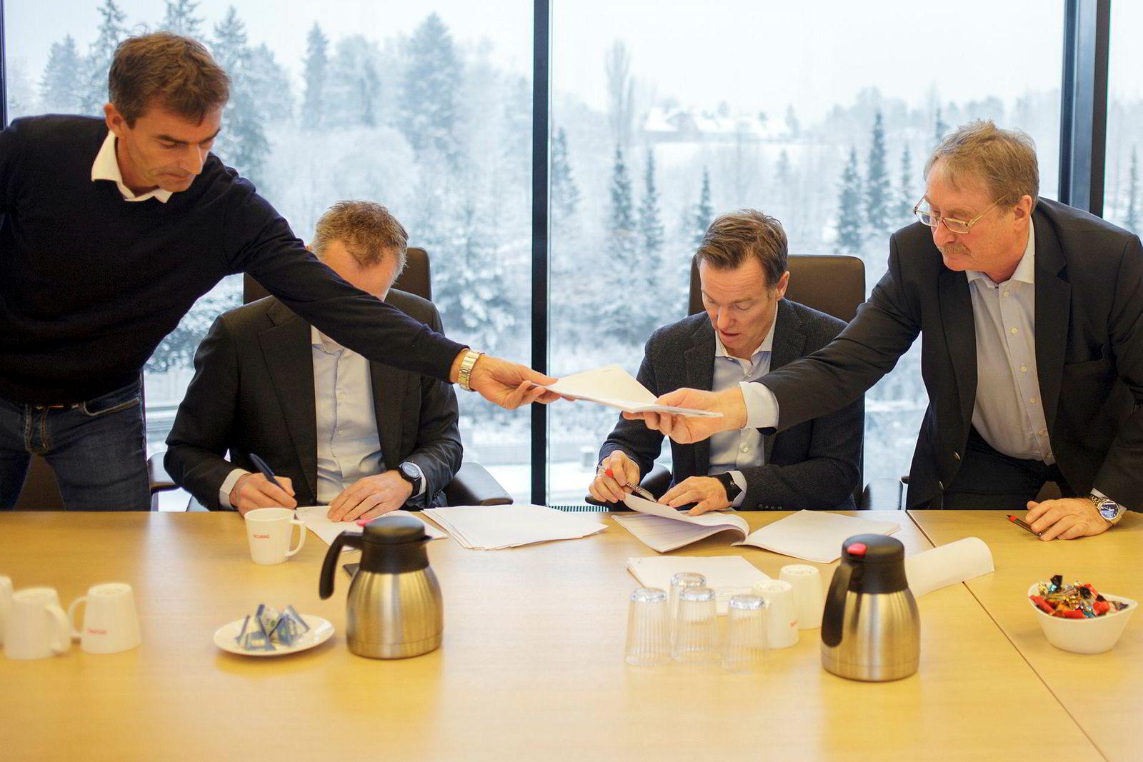 Karsten Bomann Jonsen (t.h), Olav Selvaag, Nils Selte i Canica og Henrik Baumann i Baumann Invest signerte avtalen fredag.