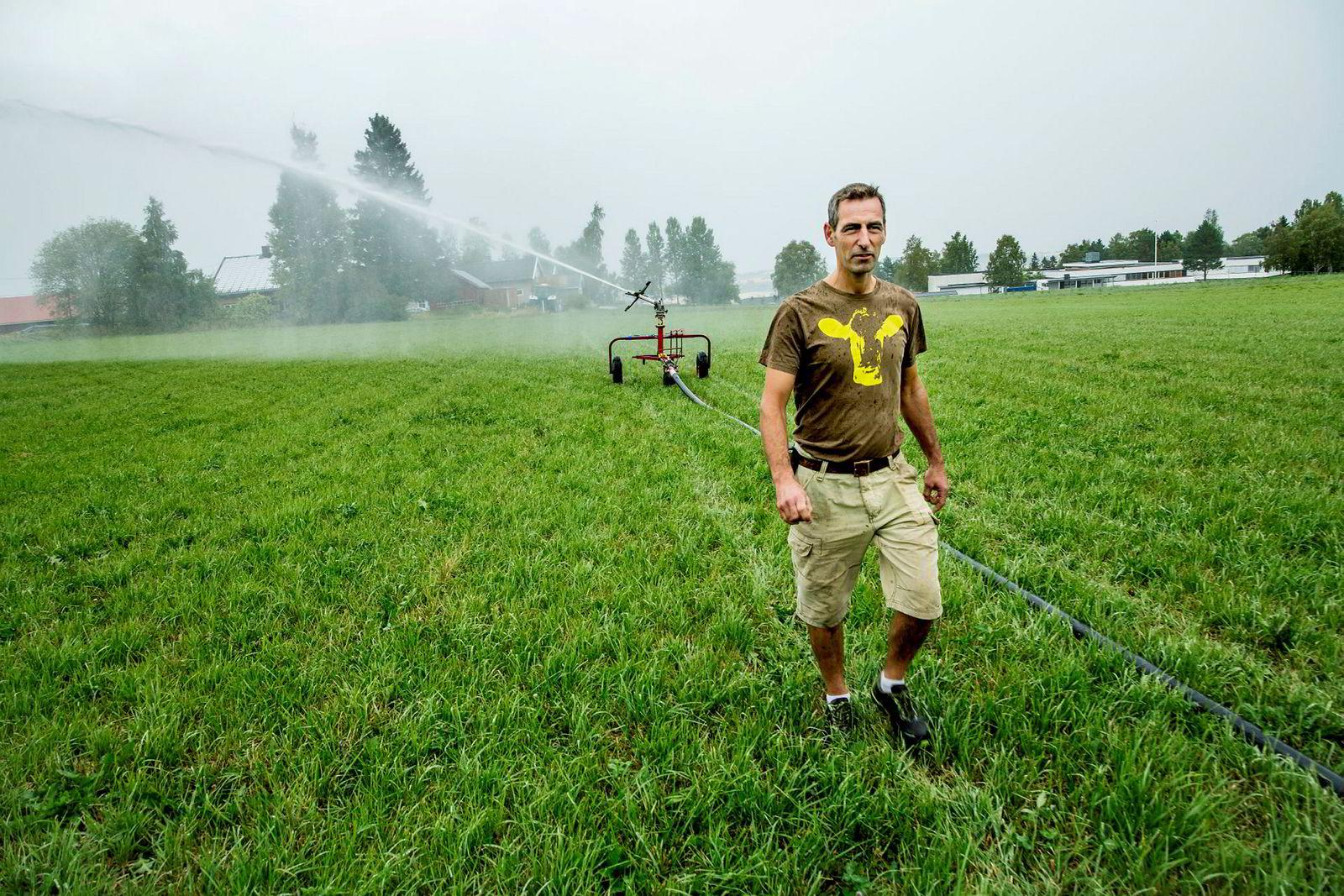 Melkebonde Christian Meyer regner med at han vil få betale mellom 100.000-150.000 kroner i ekstra kostnader til vanningen. Dersom han ikke hadde hatt vanningsanlegg regner han med at han hadde gått konkurs.