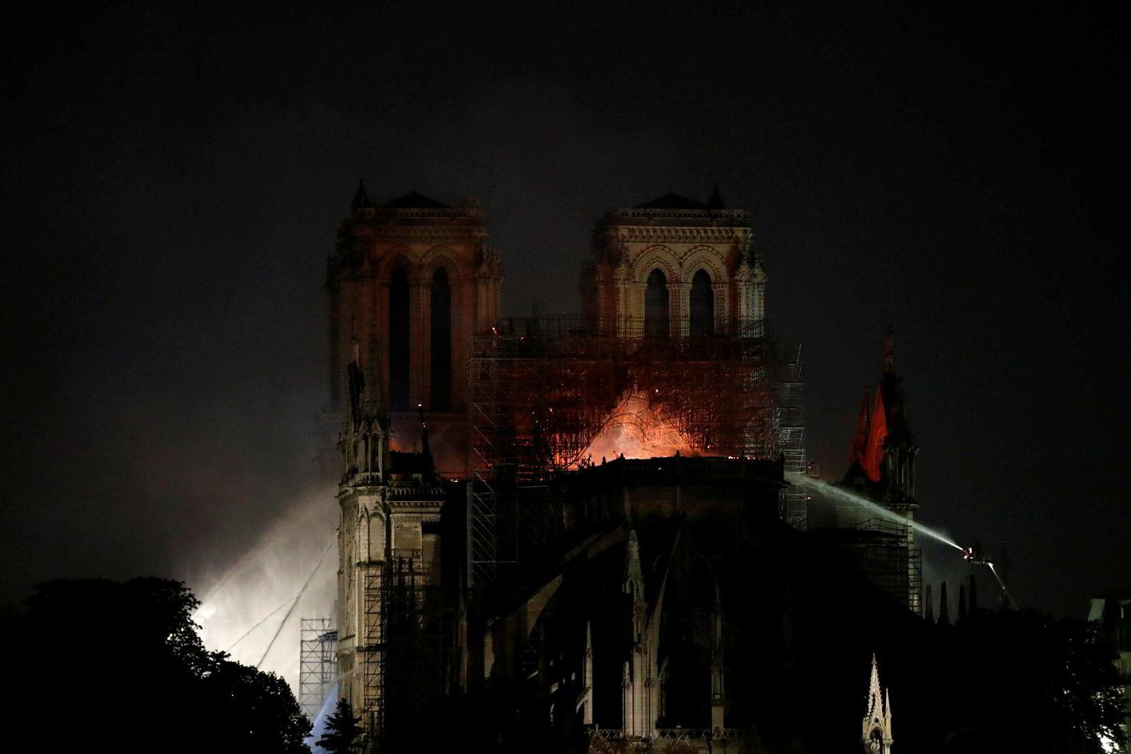 Brannmannskapene klarte å redde Notre Dames to ikoniske tårn og fasade.
