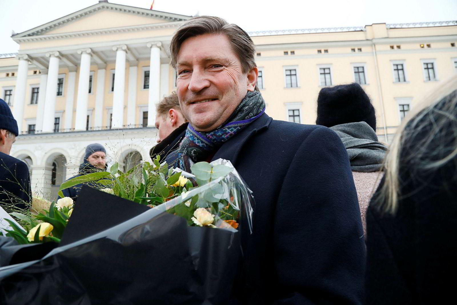 Stortingsrepresentant Christian Tybring-Gjedde (Frp) var til stede på Slottsplassen med blomsterbukett til sin nyutnevnte statsrådkone.