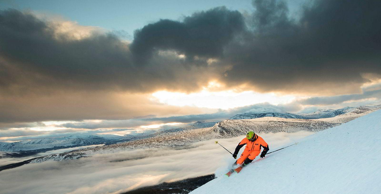 Dennis Risvoll tar en siste sving fra toppen av Trollhøe i det svinnende lyset på den mørkeste dagen i året.