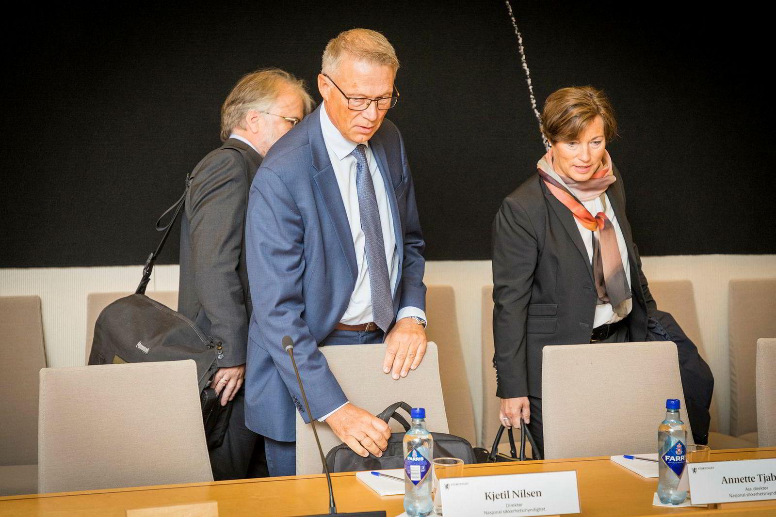 Direktør ved Nasjonal sikkerhetsmyndighet, Kjetil Nilsen, ankom høringen fulgt av assisterende direktør Annette Tjaberg (t.h.) og fungerende stabssjef i kontrollavdelingen Jørn Andreas Arnesen (bak).