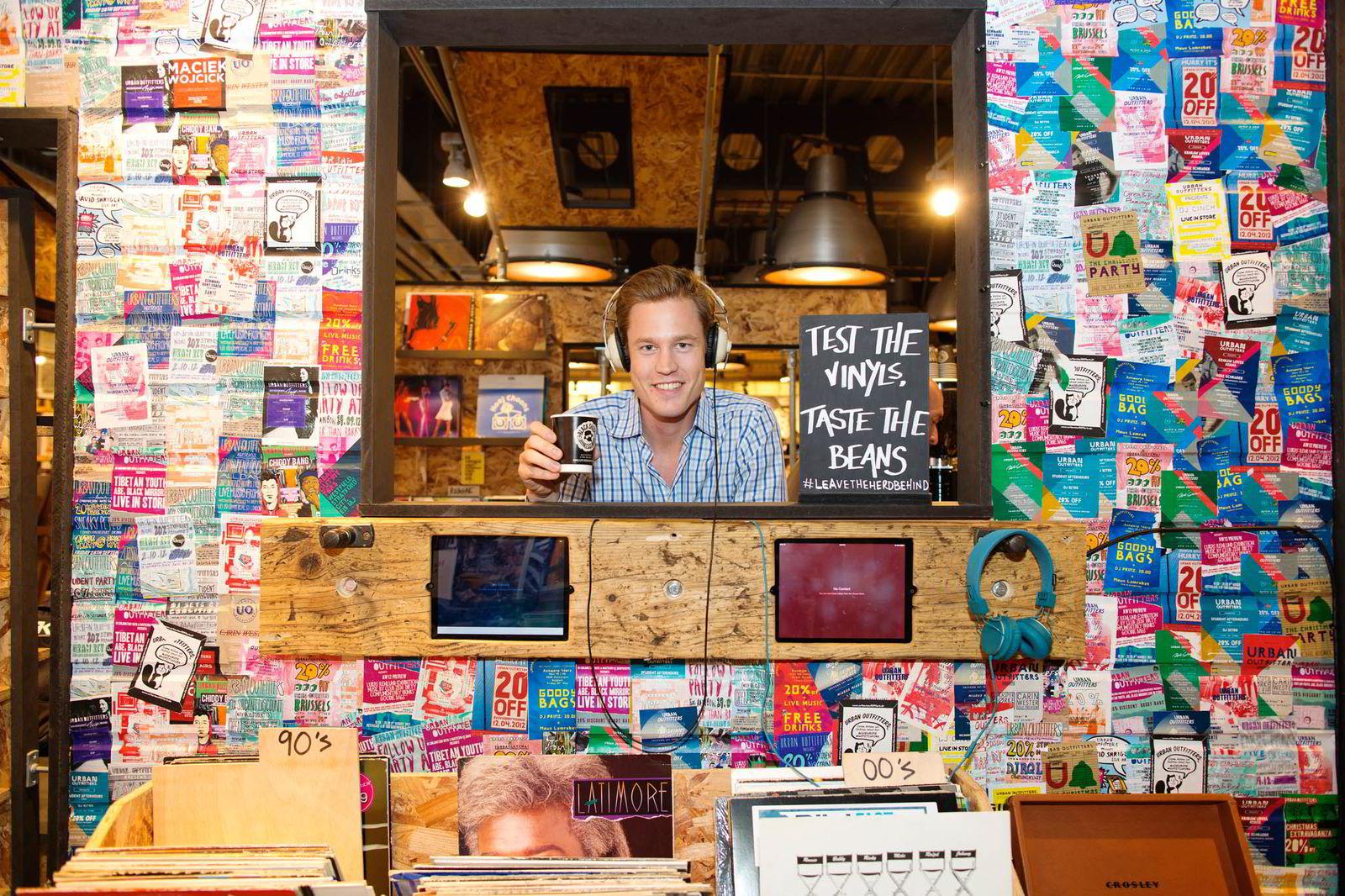 SATSER I LONDON. Inne i flaggskipbutikken til Urban Outfitters på Oxford street i London har Eirik Holth solgt kaffen til Black Sheep Coffee i hele sommer.