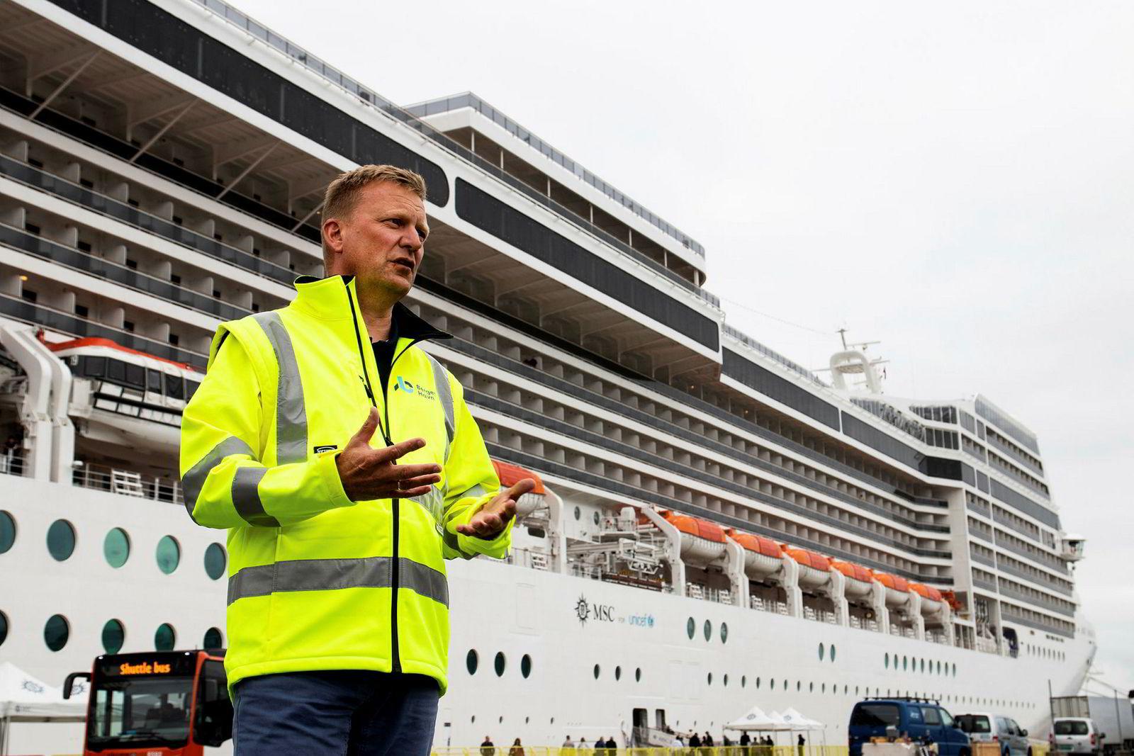 Havnedirektør Johnny Breivik er skuffet over å få avslag på søknad om støtte til å investere i landstrømanlegg til cruiseskip. Både utslipp og støy fra cruisetrafikken er et stort problem i turistsesongen.
