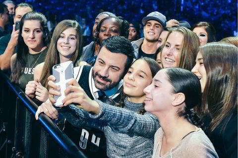 TV-vert og komiker Jimmy Kimmel tok seg tid til selfie med fansen.