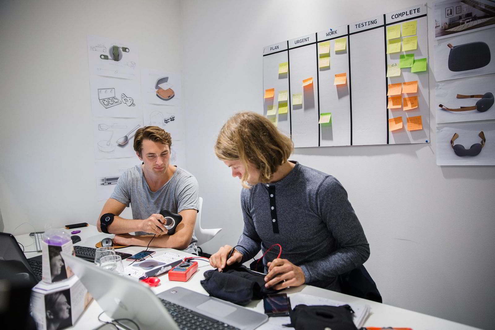 Unikia har gått inn som medeier i selskapet Expain sammen med industridesignerne Einar-Andre R. Bydal til vestre og Thomas Jakobsen. De to har utviklet et sensor-produkt som gjenkjenner uheldig muskelaktivitet og som lanseres i hele Skandinavia i høst.