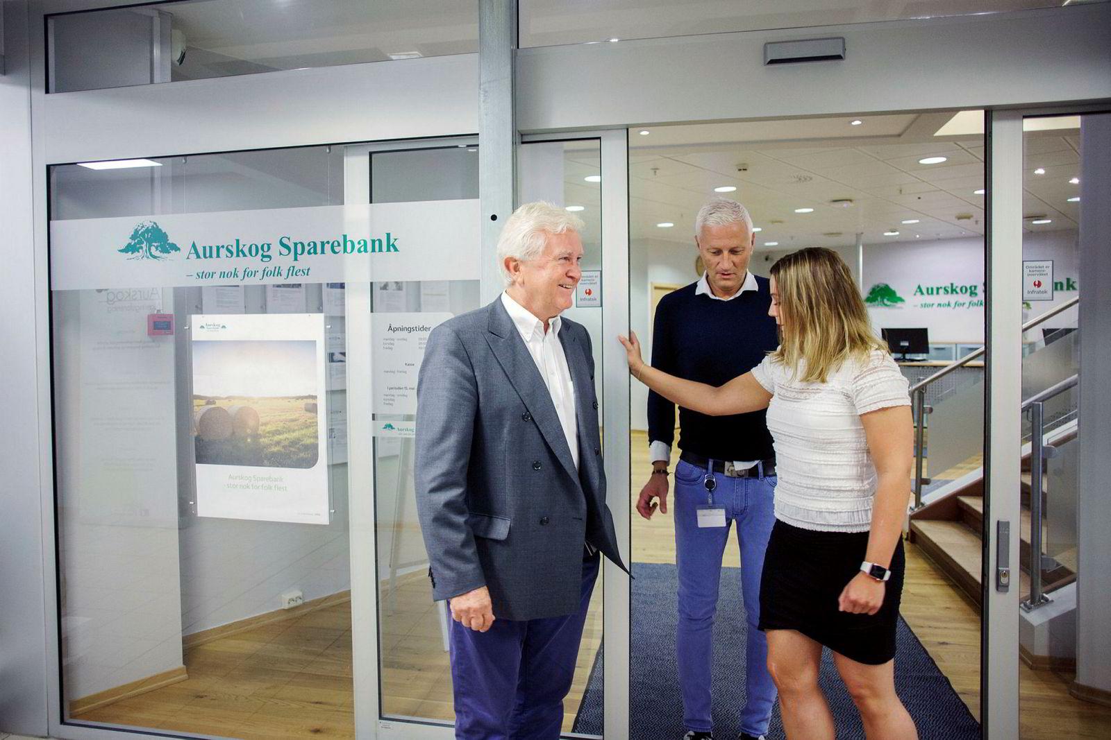 Aurskog Sparebank er del av Eika-alliansen og åpner dørene for aksjesparekonto. Fra venstre: banksjef Odd Nordli, leder for sparing Tor-Einar Torre og markedssjef Helen Skjønnhaug.