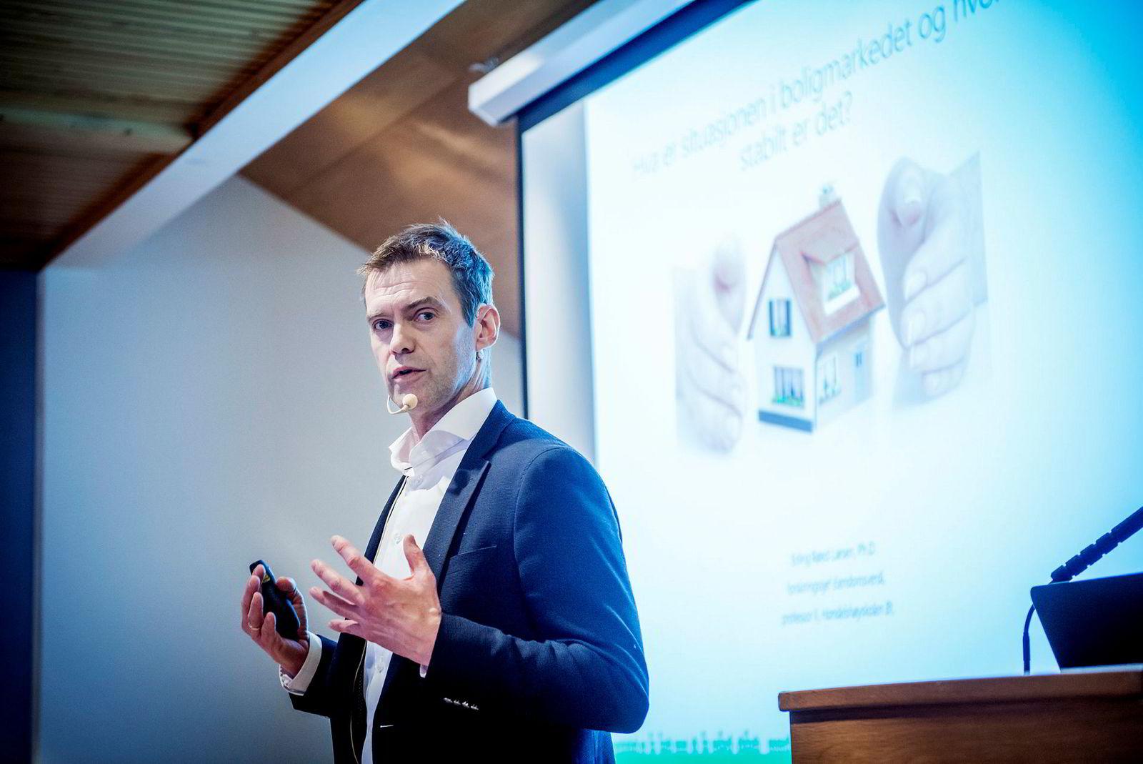 Erling Røed Larsen, professor II ved BI sier det er vanskelig å få ned arbeidsledigheten fra 3,8 prosent.