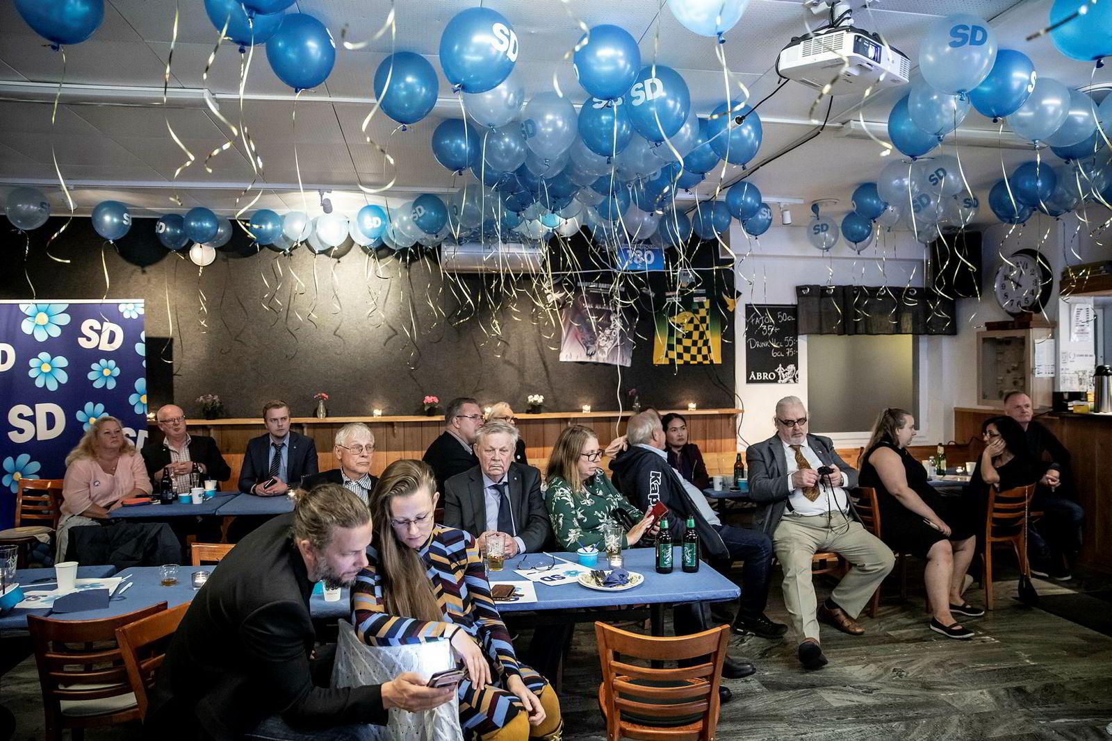 Da Sverige ble kastet ut i politisk kaos: Det var en skuffet stemning under valgvaken til Sverigedemokratenas lokallag i Södertälje, sør for Stockholm. Til tross for at partiet ble det tredje største i det svenske riksdagsvalget, hadde de fått færre stemmer enn forventet. I tillegg var det tydelig at partiet fortsatt ikke ville bli invitert med inn i regjeringsdiskusjonene av de andre partiene.