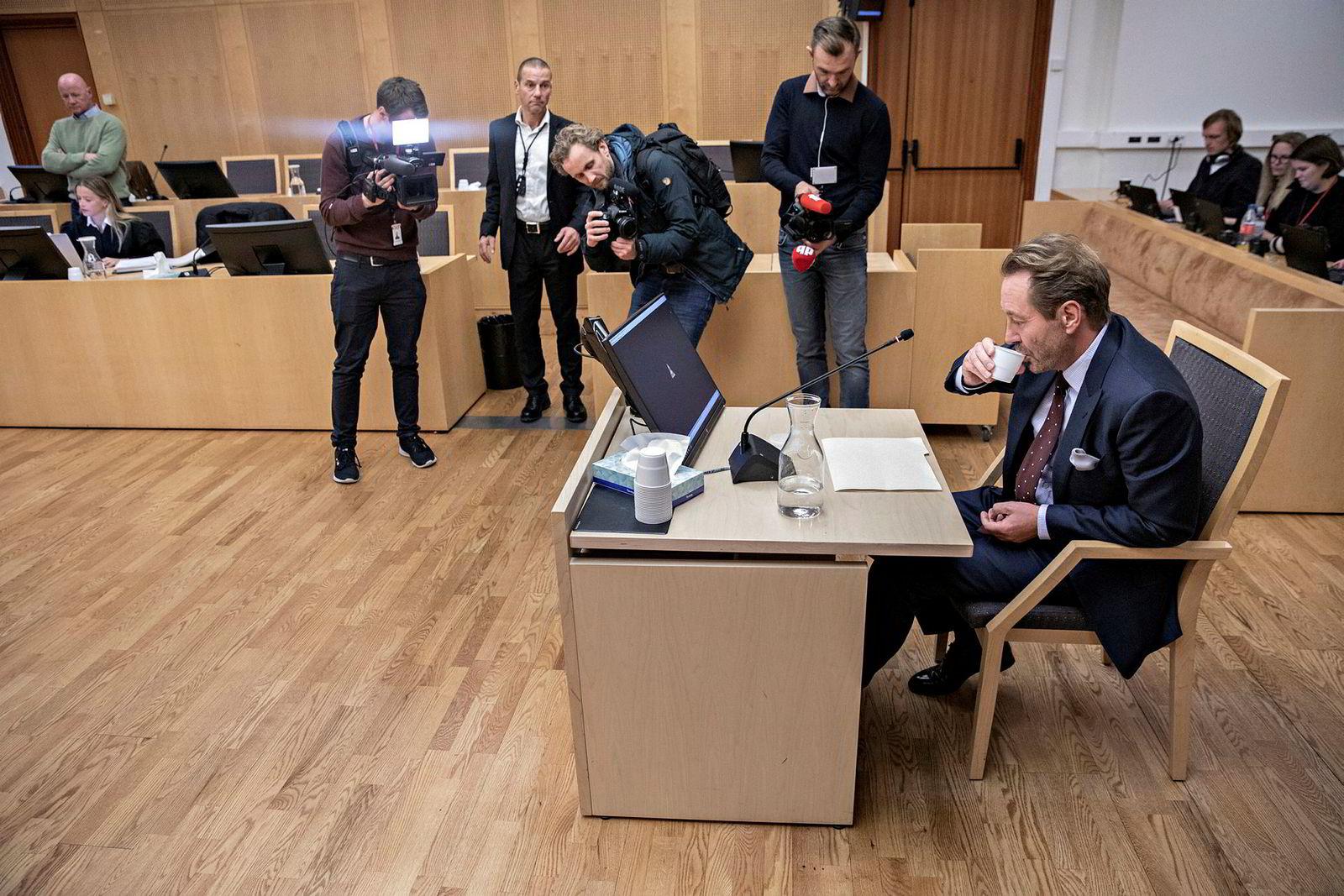 Kjell Inge Røkke (til høyre) og Jan Erik Iversen (bak til venstre) møtes i retten sent tirsdag ettermiddag