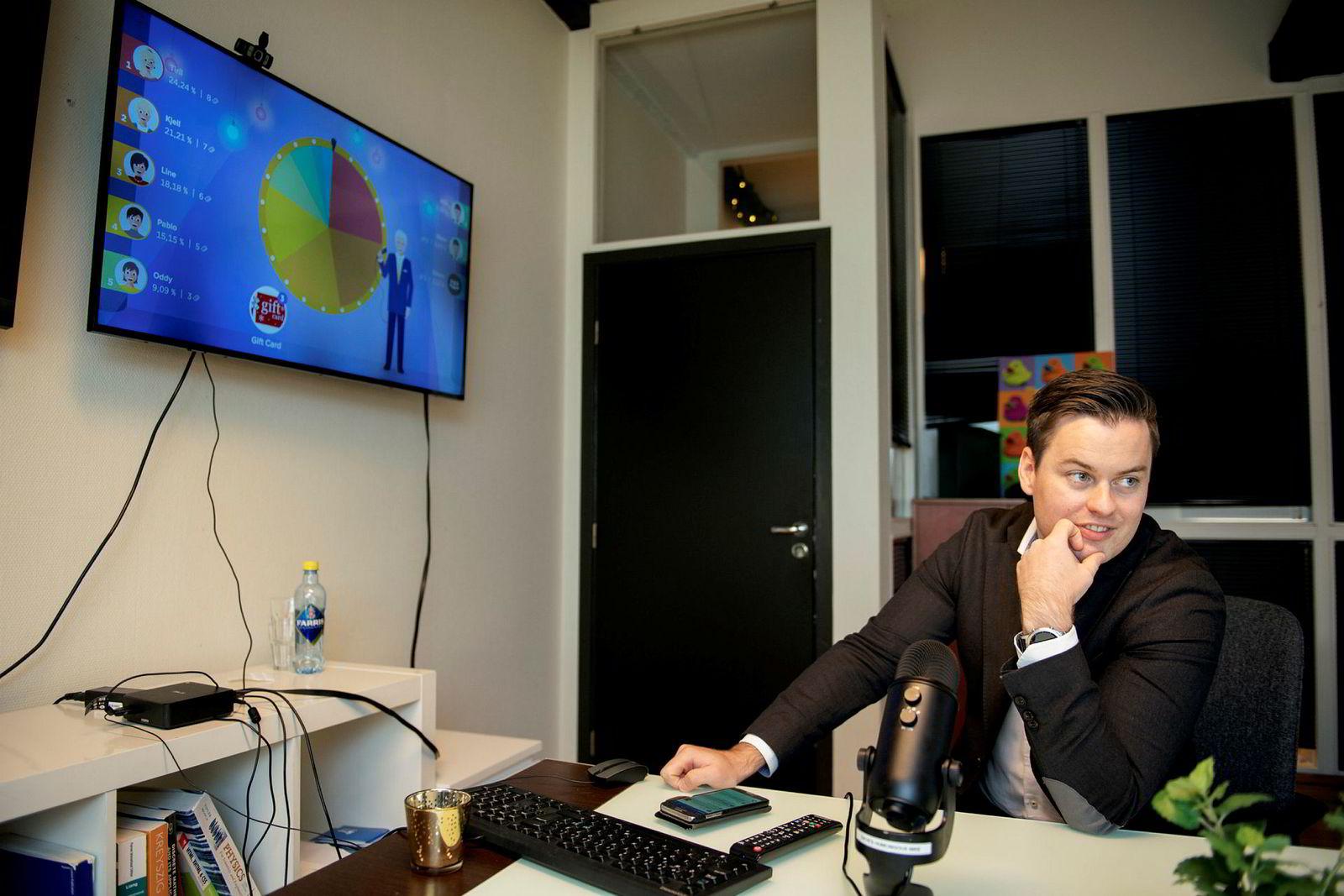 Dogu-gründer Sindre Haaland med deres «Salesscreen» på skjermen oppe til venstre.