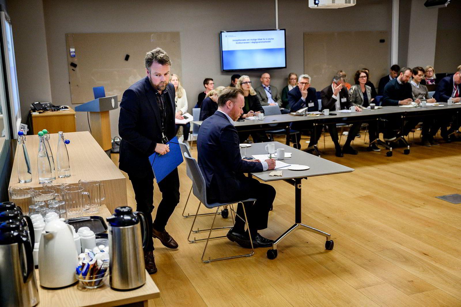 Næringsminister Torbjørn Røe Isaksen fikk innspill fra næringen på et møte i dag. Isaksen måtte gå før møtet var over for å rekke noe annet. Nærings- og fiskeridepartementet hadde i dag et innspillsmøte mulige tiltak for å forbedre konkurransesituasjonen i dagligvarebransjen.