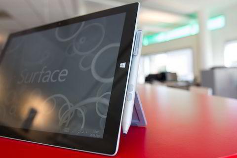 Pennen kan festes til to av kantene på Surface Pro 3, men magneten er svak så den ramler fort av.