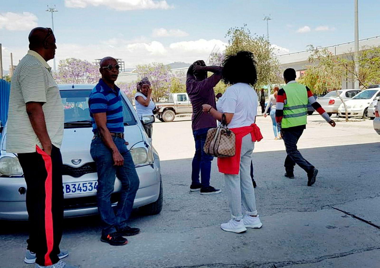 Familiemedlemmer av de antatt omkomne passasjerene på flyplassen i Addis Ababa for å få informasjon om flystyrten.