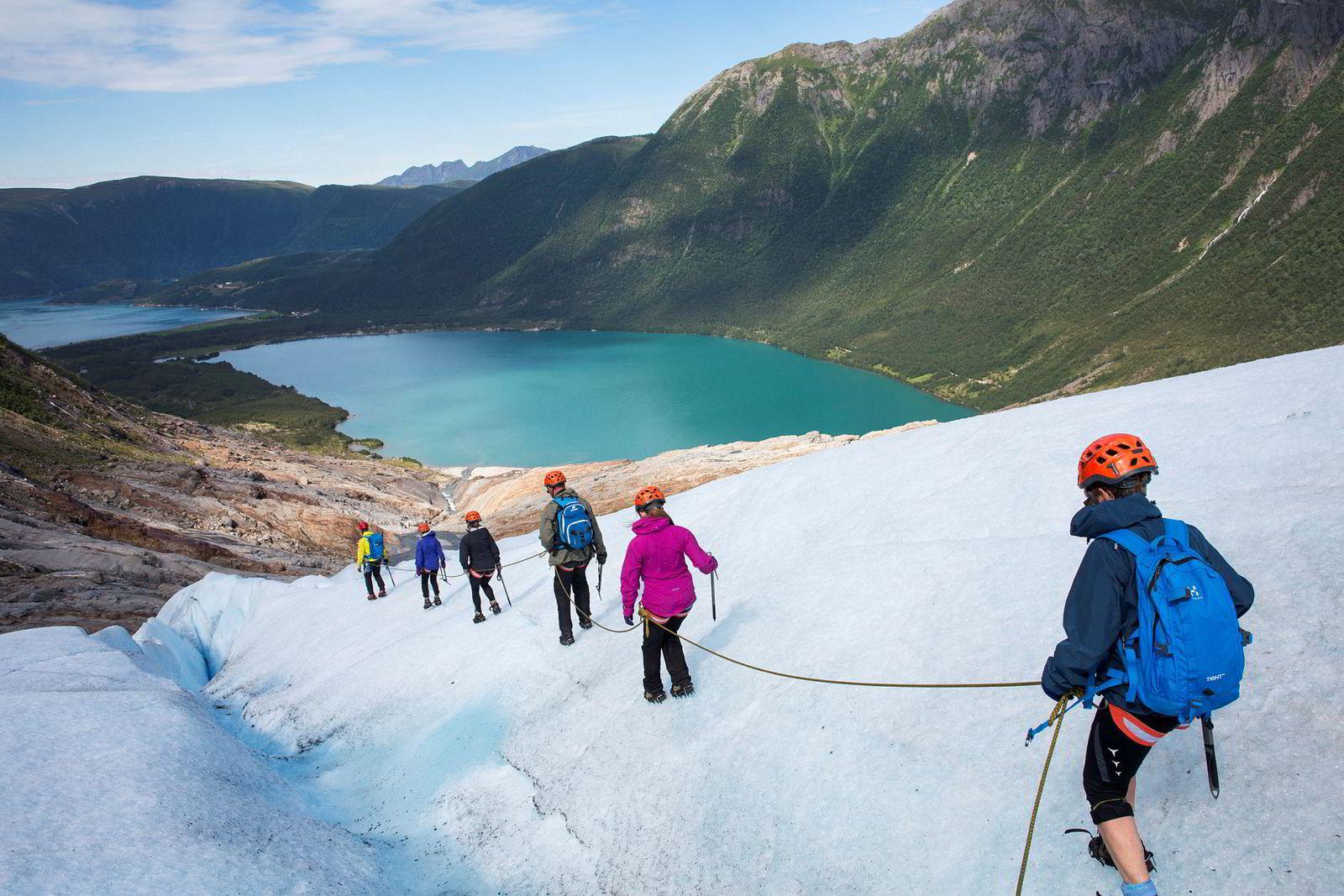 Øyvind Gjersvik leder an mens Karen, Bolette, Rune, Birthe og Elisabeth Nordbotten vandrer bak på vei nedover Engabreen som er Svartisens lavestliggende brearm.