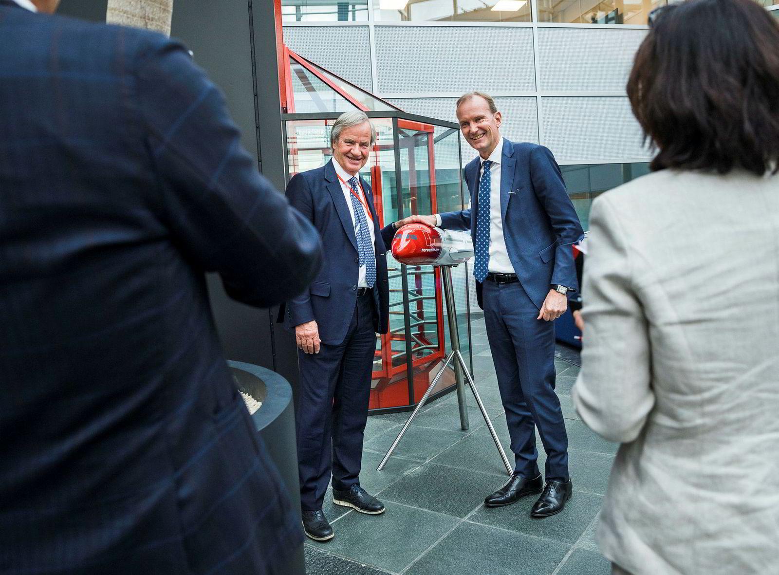 Niels Smedegaard (til høyre) overtar som styreformann i Norwegian. Her med Bjørn Kjos etter tirsdagens generalforsamling på Fornebu.