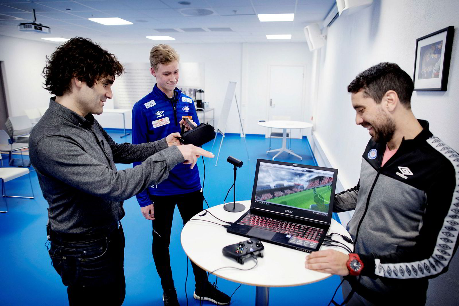 Gründer Odd Skarheim (50, fra venstre), Sakarias Opsahl (18) fra Vålerengas juniorlag og Oslo-klubbens teknikktrener Enrique Paez (29) tester virtuell fotballtrening.