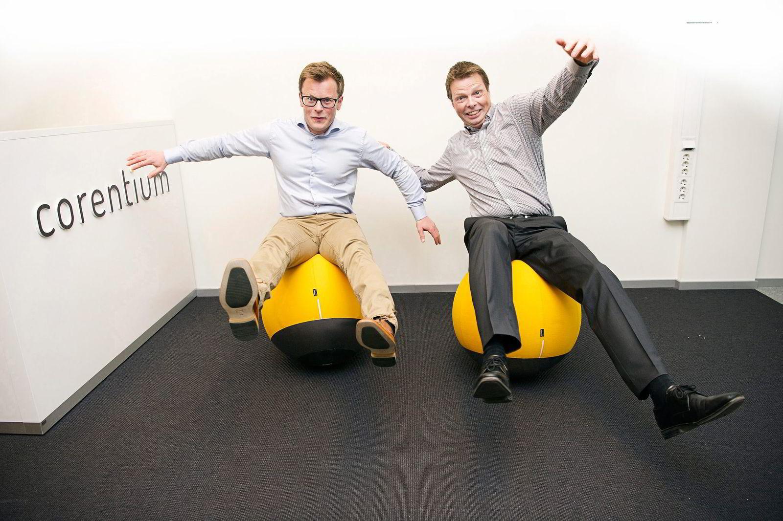 Aksel Lund Svindal bidrar godt til selskapets utvikling, mener Øyvind Birkenes (til høyre), administrerende direktør i Airthings. Hverken han eller Erlend Bolle fant balansen helt på selskapets gule sittekuler.