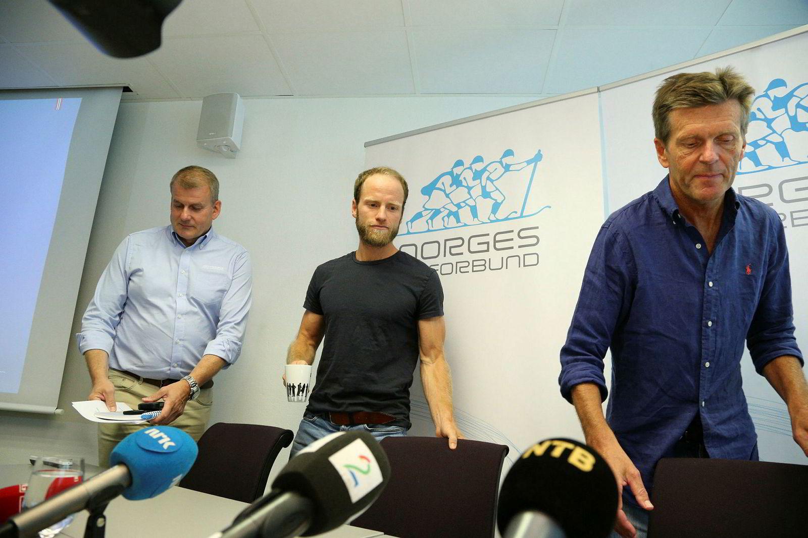 Martin Johnsrud Sundby sammen med skipresident Erik Røste (t.v.) og landslagslege Knut Gabrielsen (t.h) under pressekonferansen da utestengelsen fra idretten ble offentliggjort 20. juli 2016.