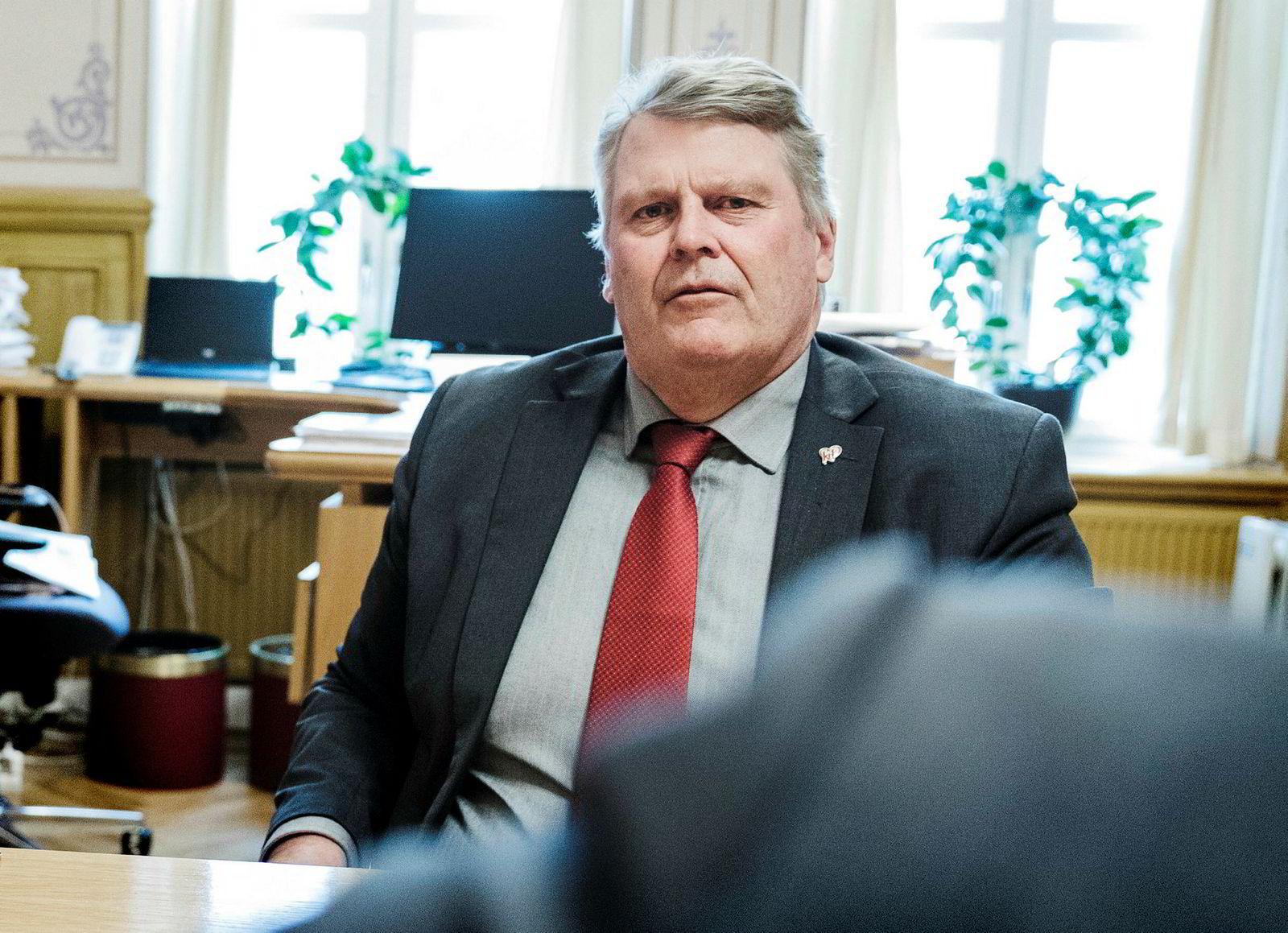 Hans Fredrik Grøvan, stortingsrepresentant for KrF, mener staten må inn med store bidrag for å realisere den nye fiberkabelen.