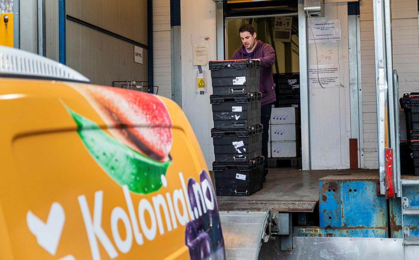 Ryan Whitley skiftleder i Kolonial, drar kasser ut på lasterampen. Folk bestiller større leveranser nå enn vanlig, sier han.