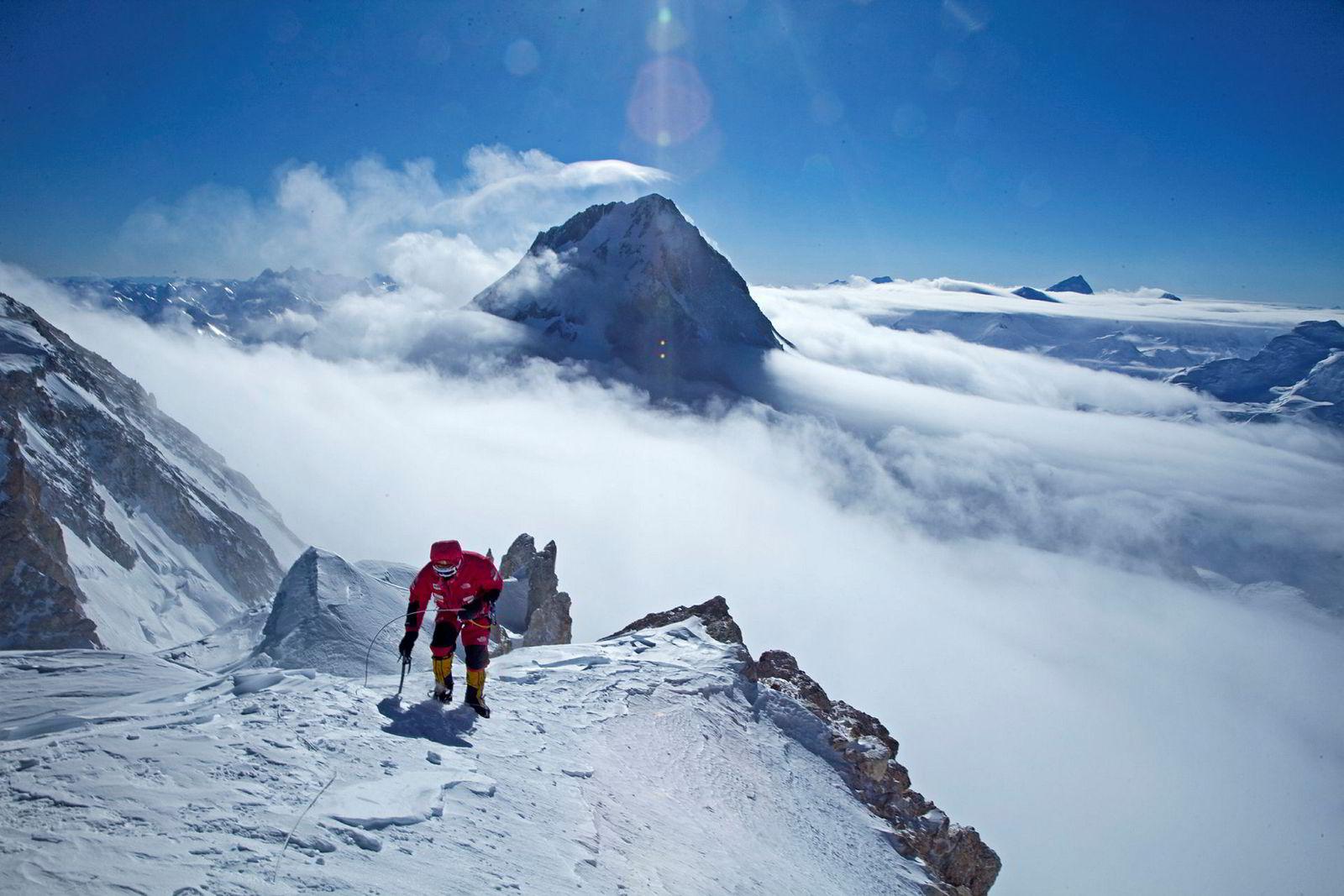 Simone Moro på vei opp Gasherbrum II i 2011.