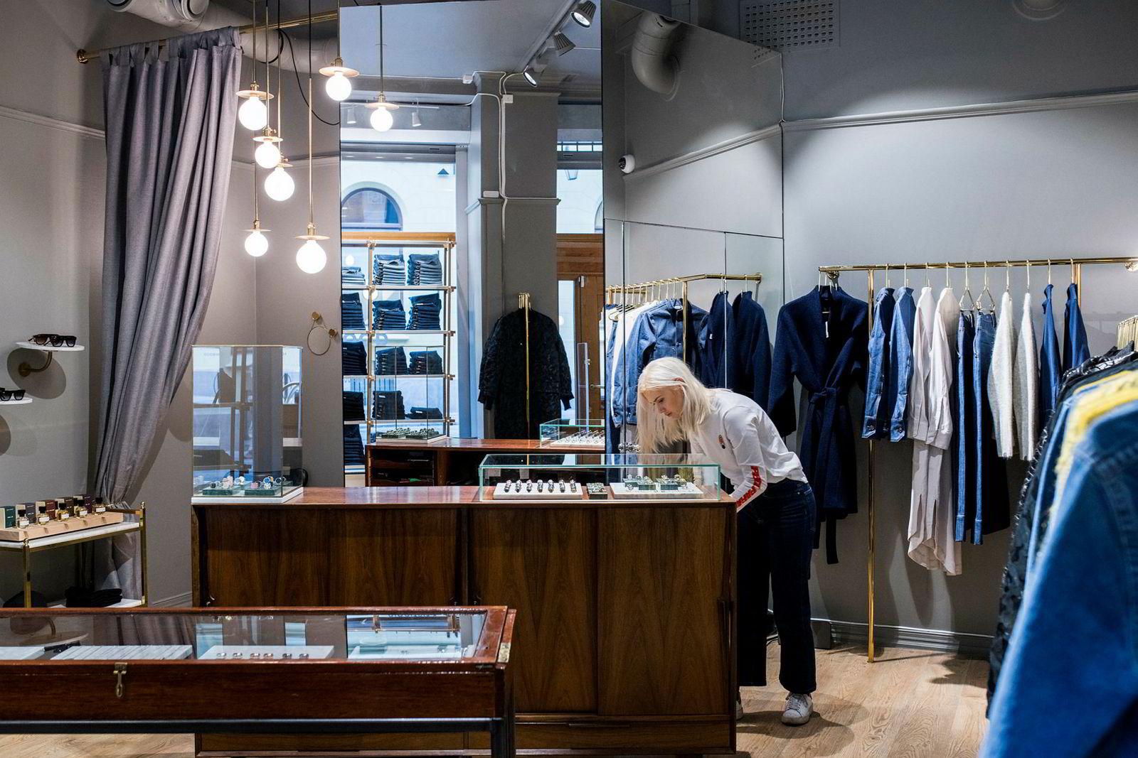 I Kirkegaten i Oslo ligger Tom Woods eneste egne butikk, her med Mia Foss bak disken. For gründerne er det ikke noe mål å ha mange egne butikker, fordi det undergraver forhandlerne.