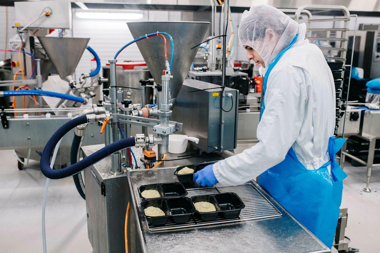 Produksjonsmedarbeider Danica Ellefsen i Matprodusenten fyller potetstappe i pakningene til en av Mere Mats ferdigretter.
