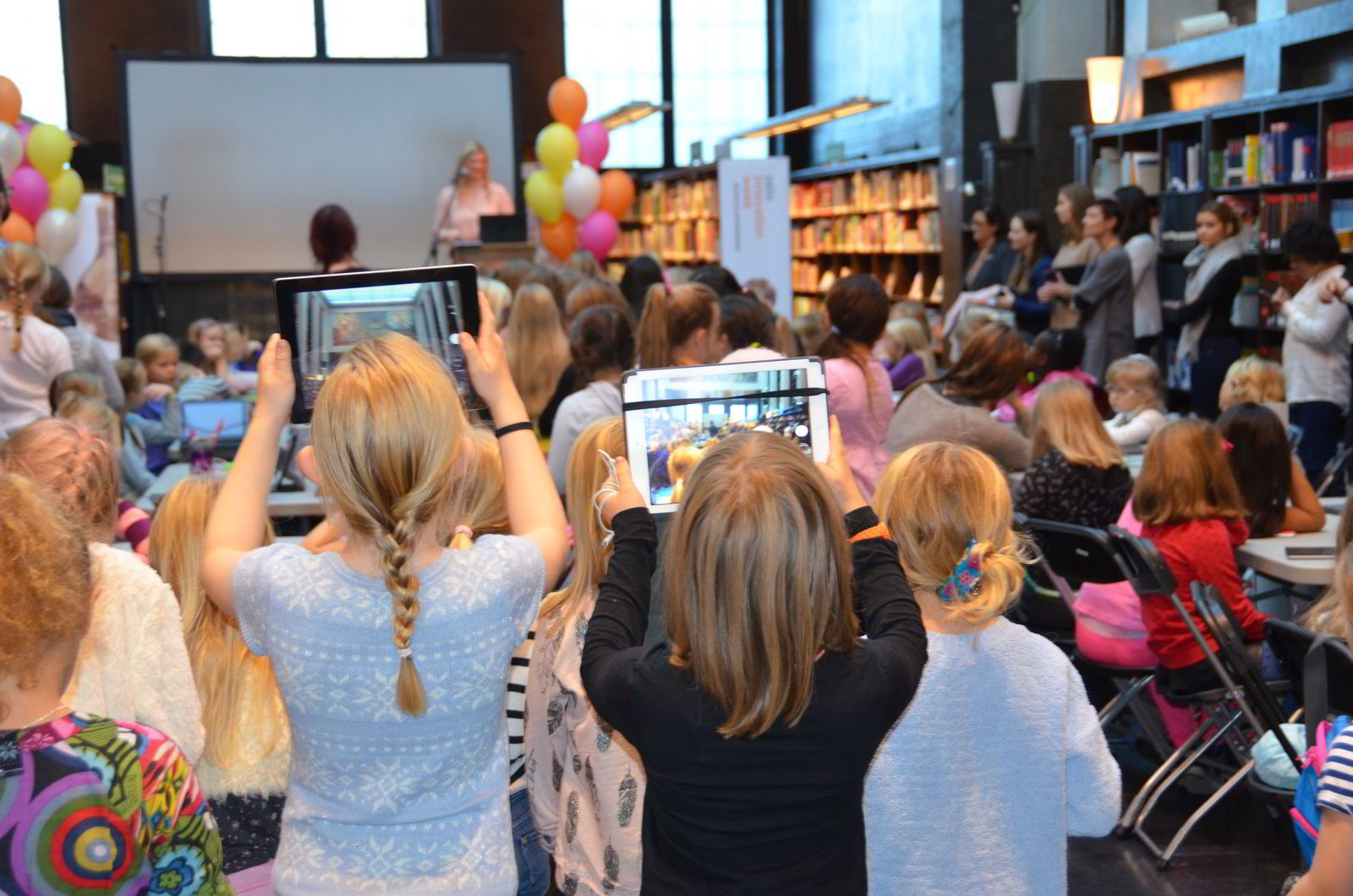 I regi av IKT-Norge, ODA-nettverket, Girl Geek Dinner og Tenk fikk 200 jenter i alderen åtte til ni år lære seg å kode og programmere under Oslo Innovation Week i oktober.