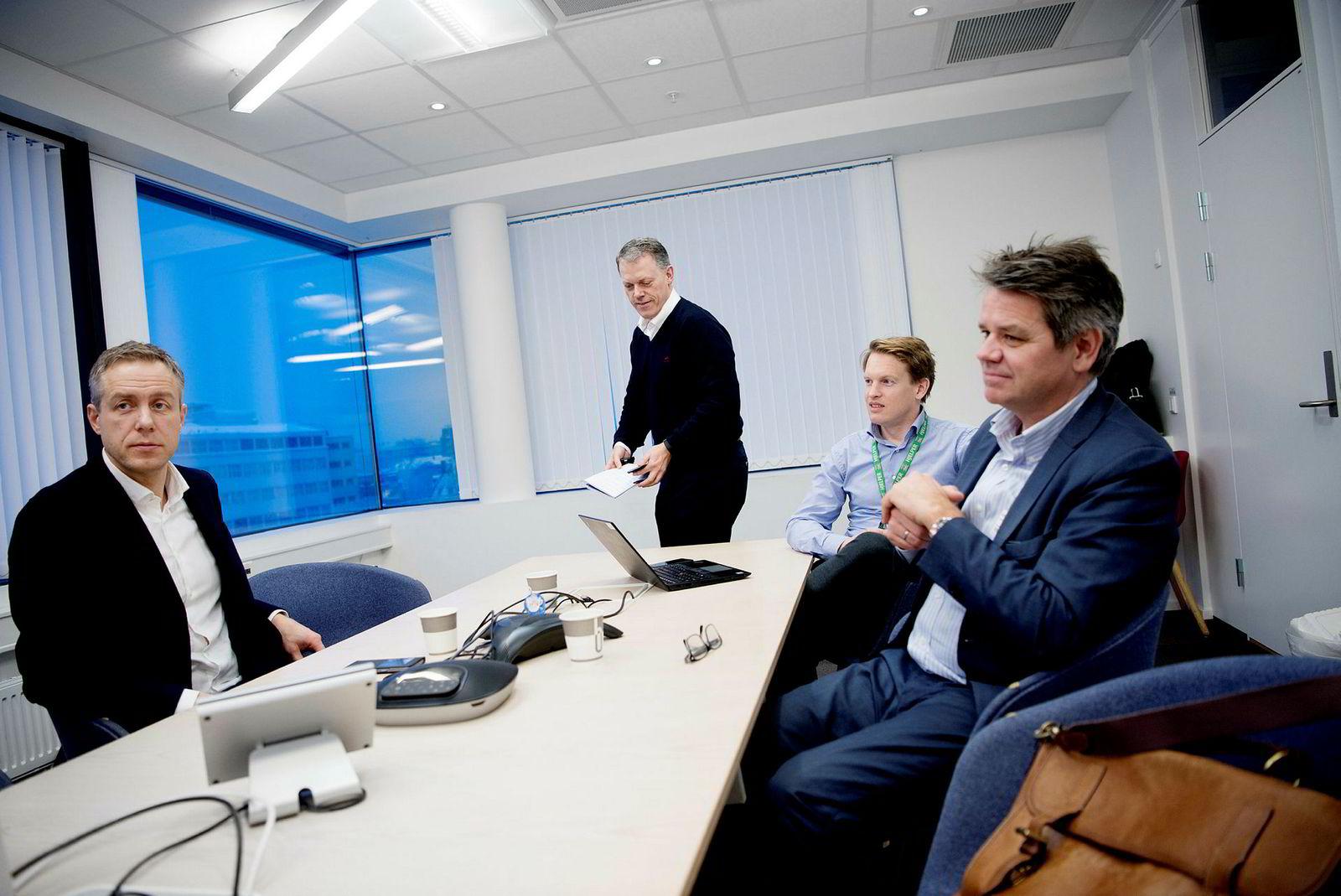 Tine satser på gründere som Jørgen Solberg (t.v.) og Torstein Harildstad (t.h) blant annet fordi de er innovative, og gjerne tilpasser løsningene slik Tine ønsker dem, forteller finansdirektør i Tine Jørn Spakrud (bakerst) og prosjektleder Henrik Bachke Madsen i Tine.
