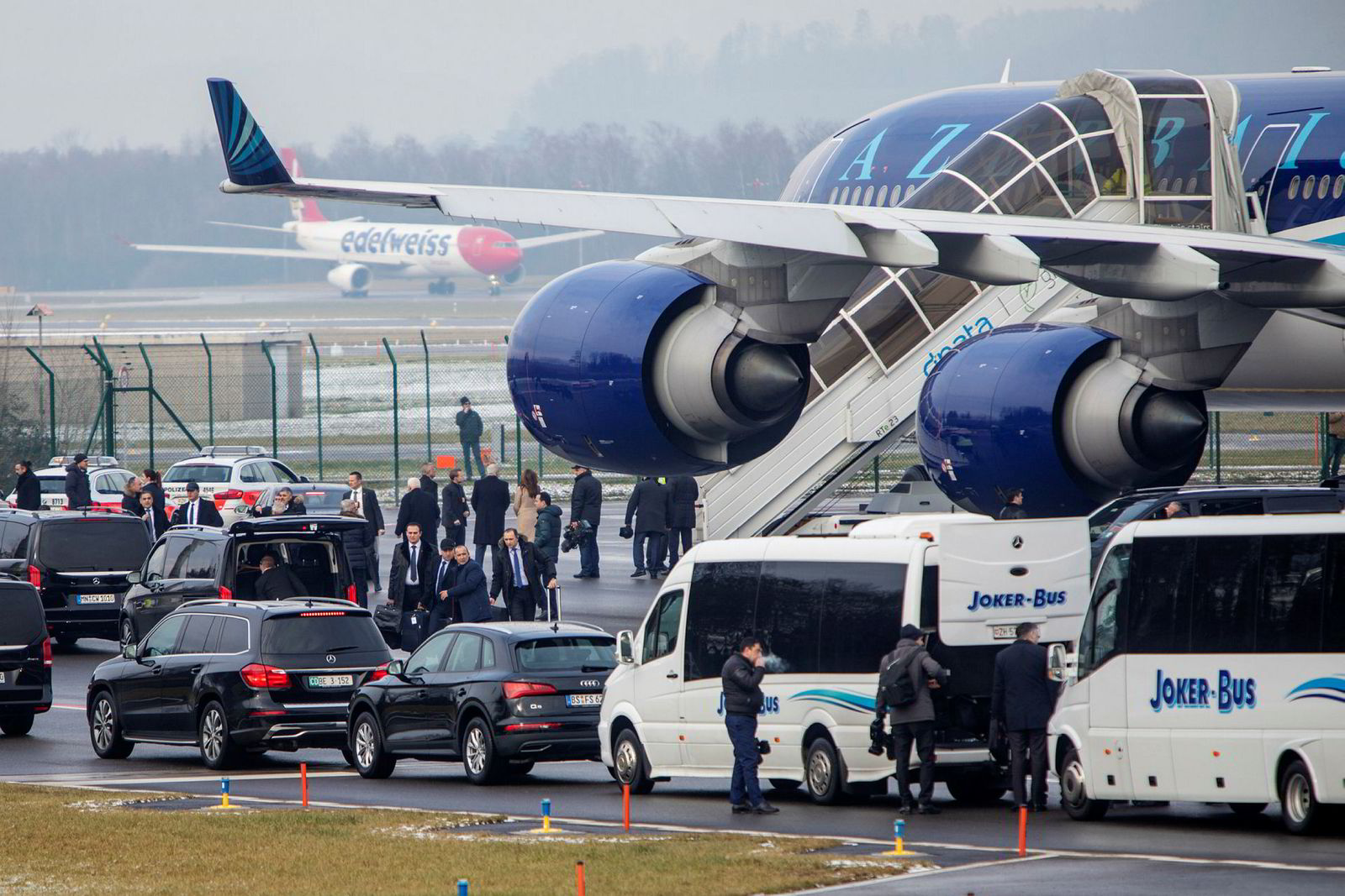 Aserbaijans svar på Air Force One er en firemotors Airbus A340 med all verdens utstyr som det sømmer seg en president, inkludert anti-missil-system og påfylling av drivstoff i luften. Delegasjonen på over sytti personer ble kjørt i konvoi fra flyplassen den to timer lange veien til Davos.