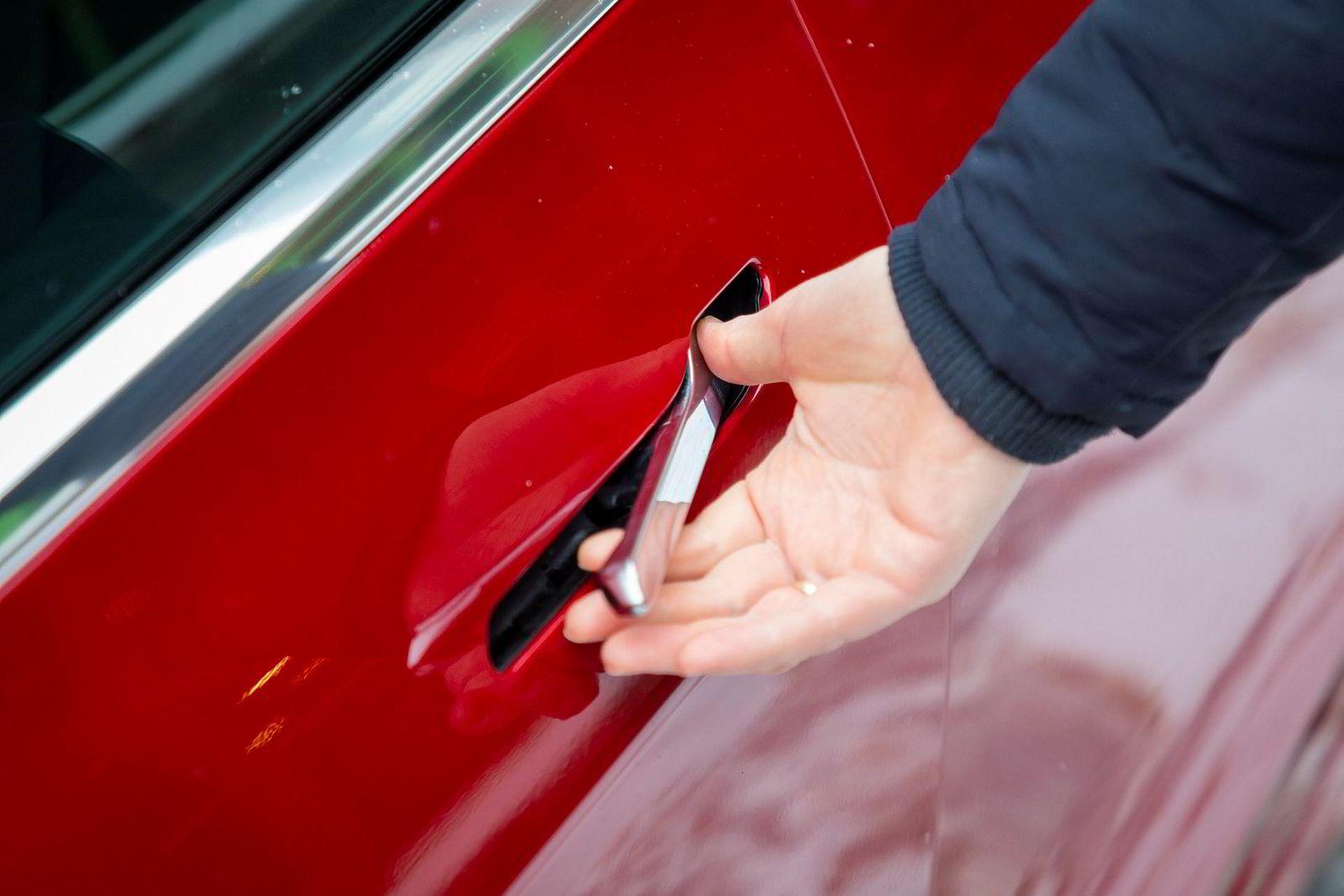 Døråpnerne på Model 3 er ikke tekniske som på Model S, men krever en viss fingerferdighet.