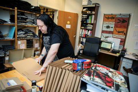 Otto Egil Sætre pakker vinyl-eksemplarer av Ljungblut-platen «Villa Carlotta 5959» for utsending til norske og utenlandske kunder.