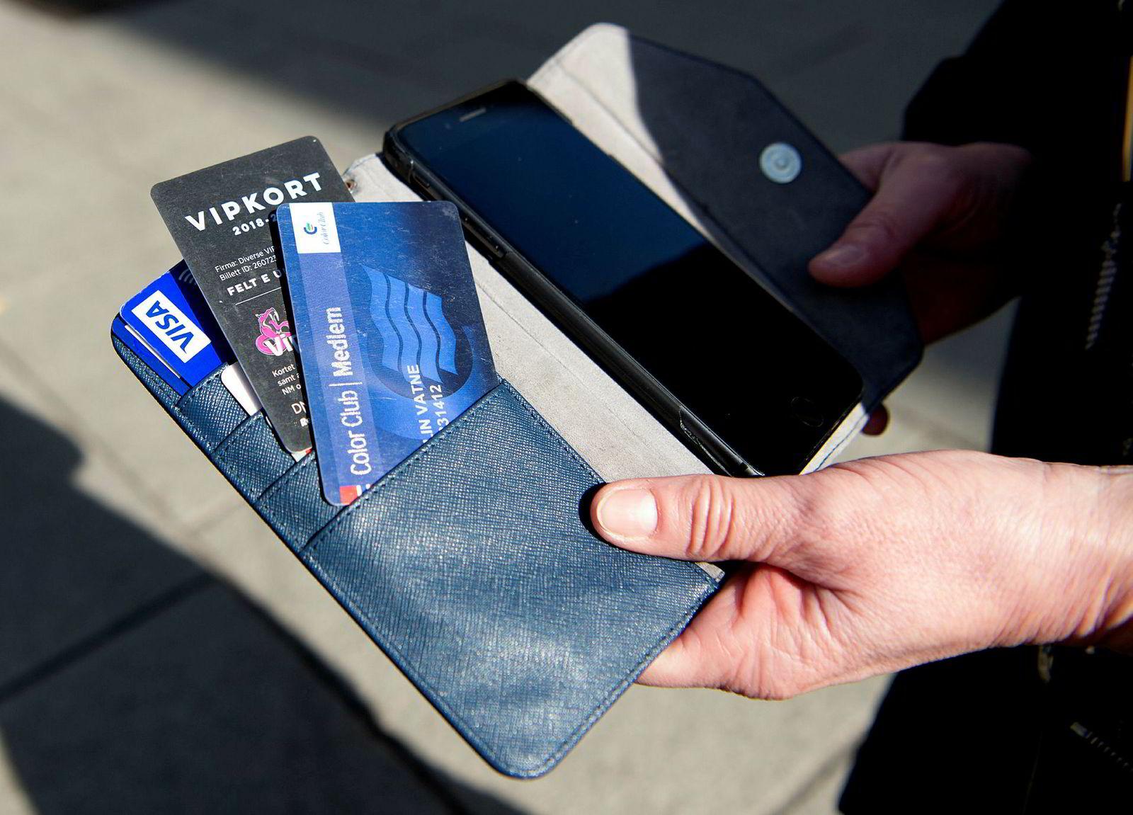 Elin Vatne tar ikke med alle medlemskort i lommeboken til enhver tid, disse hadde hun med seg til Oslo-turen.