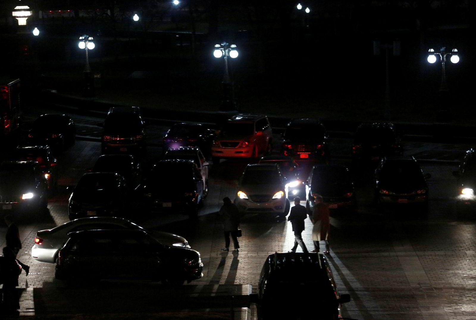 Før morgengry fredag ble kongressmedlemmene hentet i sine biler utenfor kongressbygningen etter en lang natts kiving som endte med en midlertidig løsning.