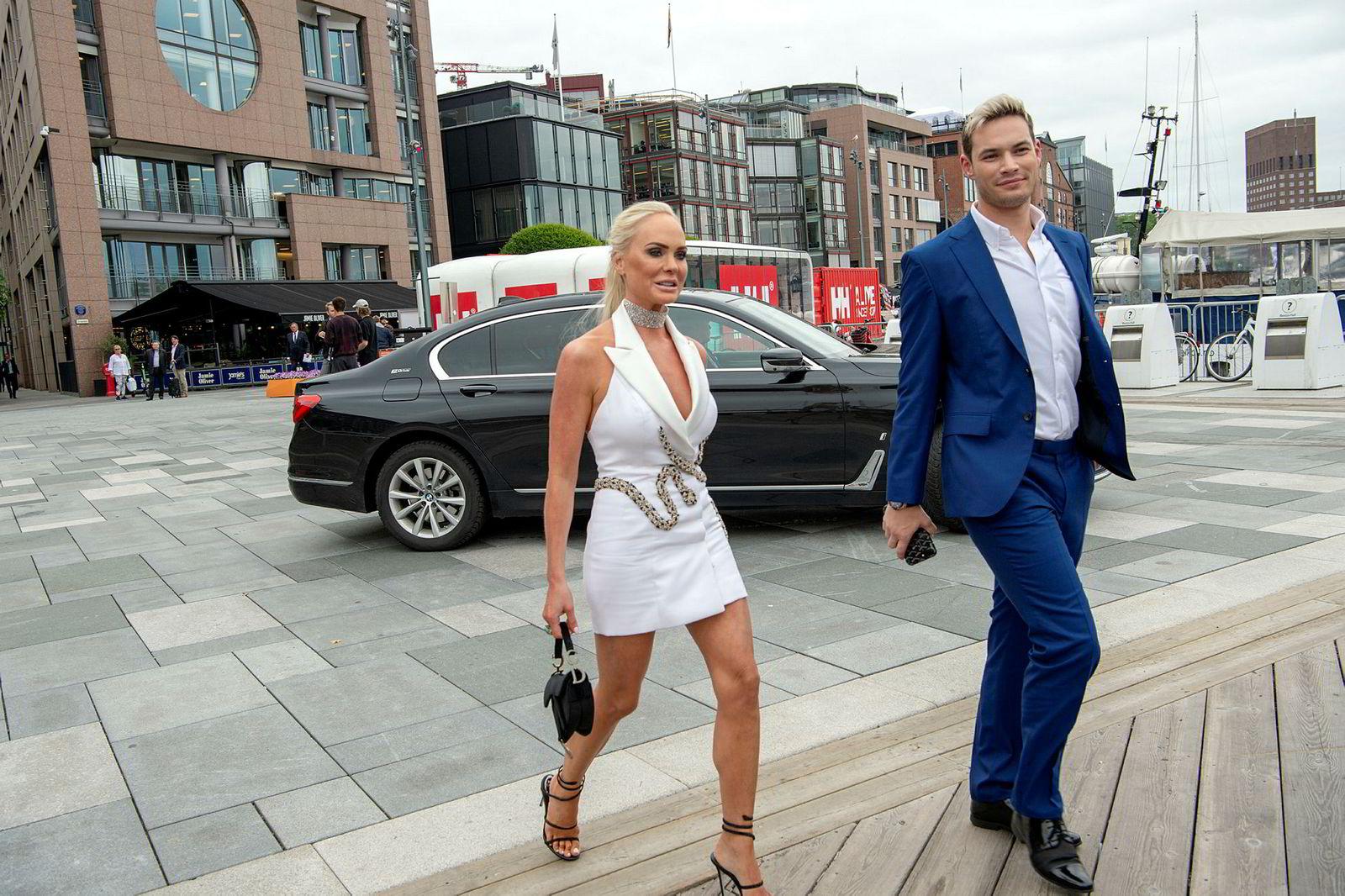 John Fredriksens datter Kathrine Fredriksen var med på feiringen av faren, svarte kort takk på DNs gratulasjoner, før hun gikk inn på festen.