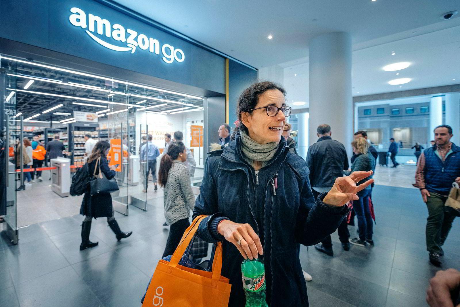 Stephanie Buret-Cruiziat utenfor AmazonGo butikken nede i Manhattans finansdistrikt.