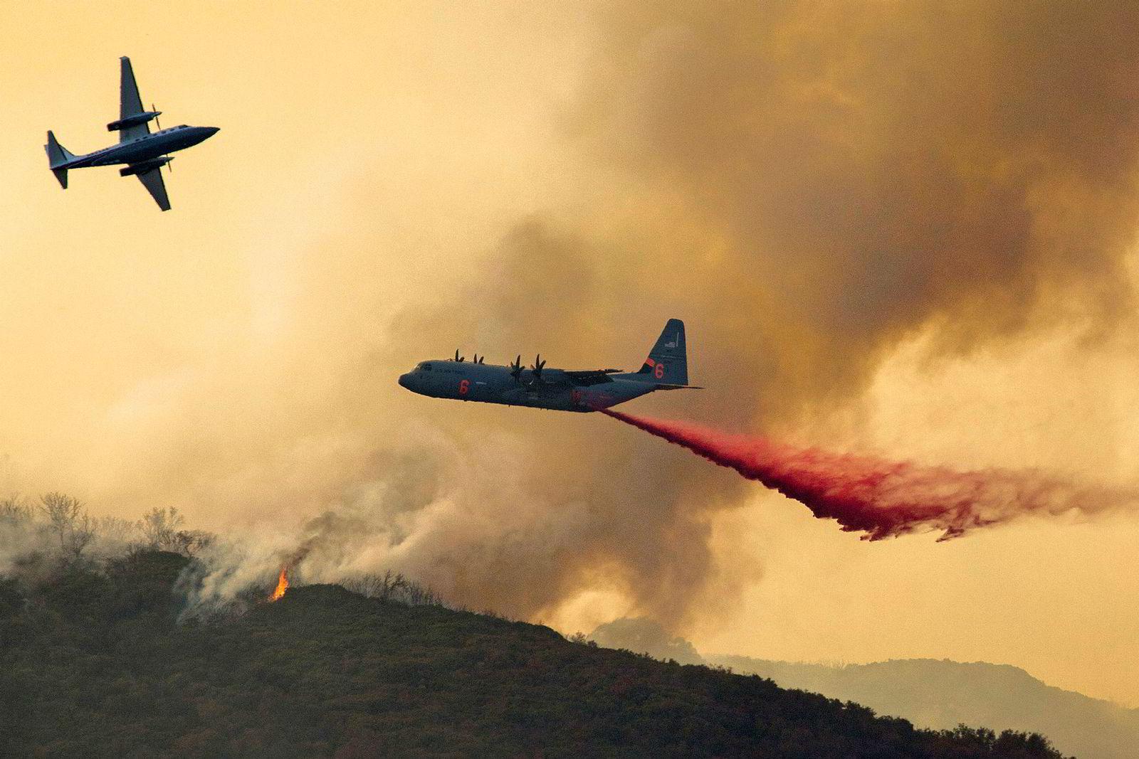 Et amerikansk Hercules-fly slipper flammehemmende pulver over en av skogbrannene. Pulveret er ment for å sakke brannens utvikling slik at brannmannskapene får mer tid til å slukke brannen. Vann er hovedingrediensen i blandingen, som blant annet består av gummi- eller leire-lignende stoff for å gjøre væsken til et «teppe», og for å forhindre fordamping. Fargen kommer fra rust, som tilsettes for at brannmannskap skal kunne se hvilke områder som er blitt behandlet.