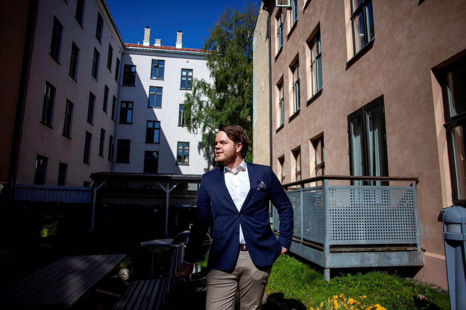 Eiendomsmegler Haakon Telle Bøe utenfor boligen i Helgesens gate på Grünerløkka.