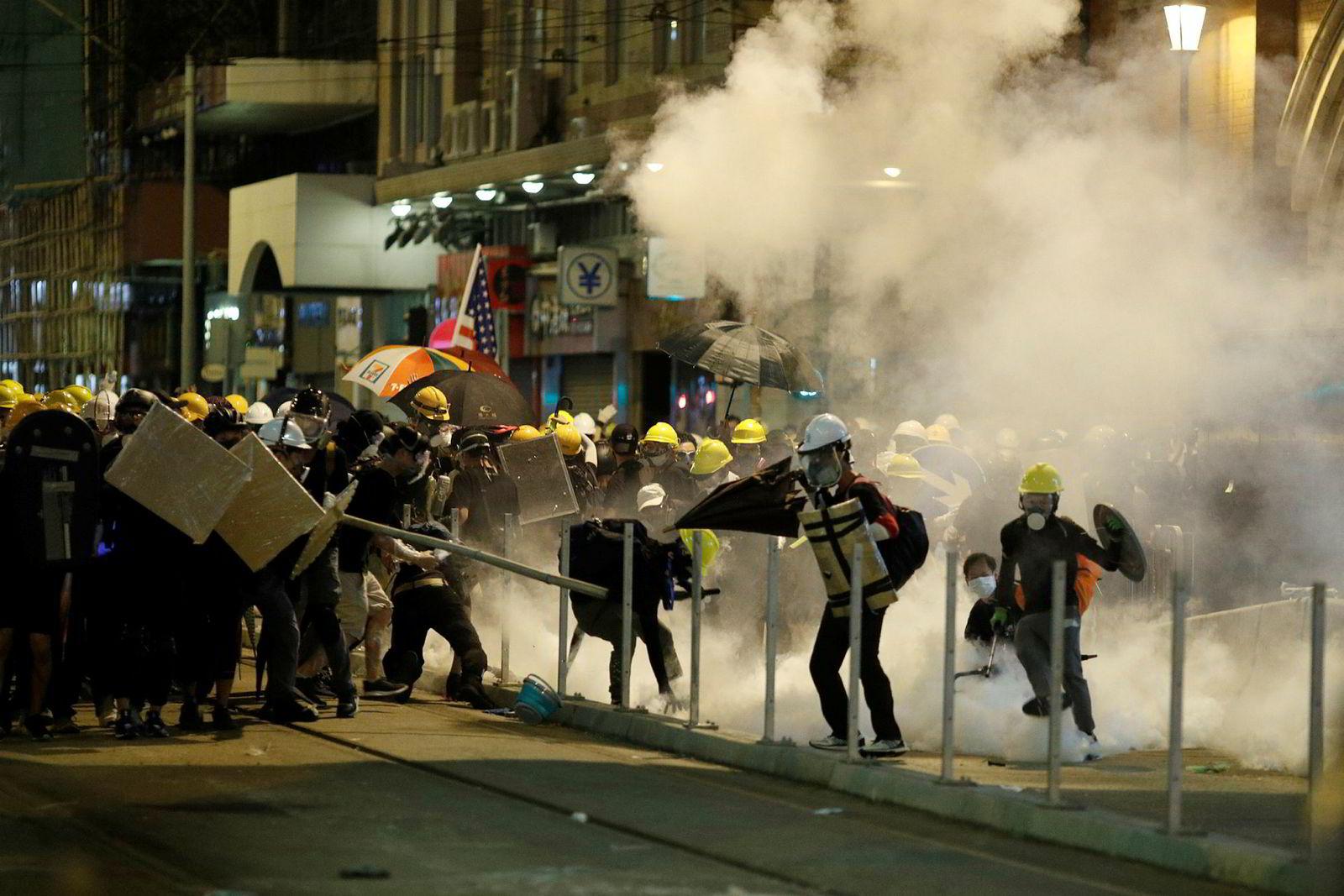 Gjennom sommeren har det vært voldsomme protester i Hongkong mot myndighetenes forslag om å åpne for å utlevere innbyggere til kinesiske myndigheter. Lørdag 21. juli ble demonstranter møtt med tåregass.