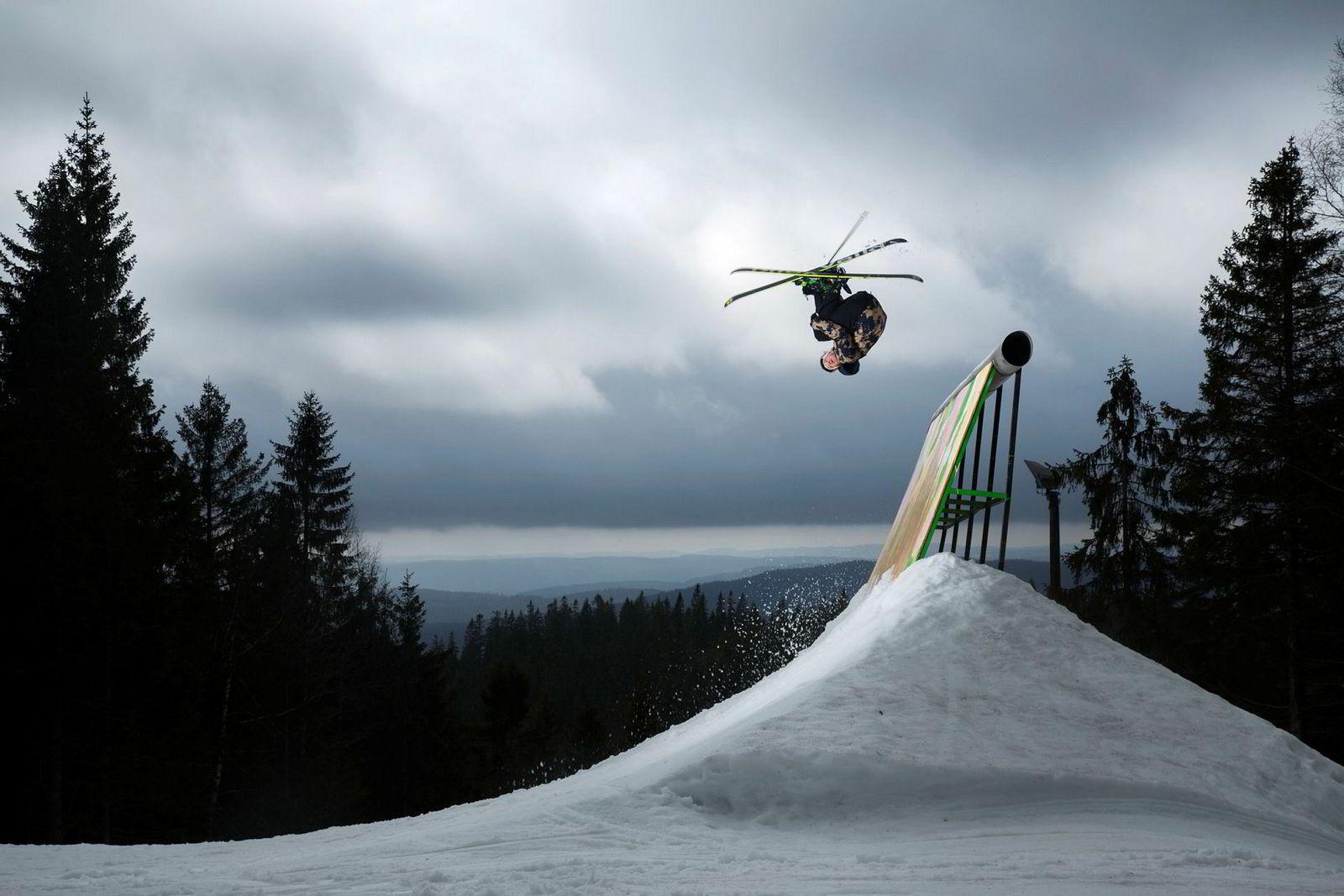 Felix Stridsberg Usterud beveger seg stilfullt gjennom luften over toppen av wallriden som er et element av terrengparken i Oslo Vinterpark.