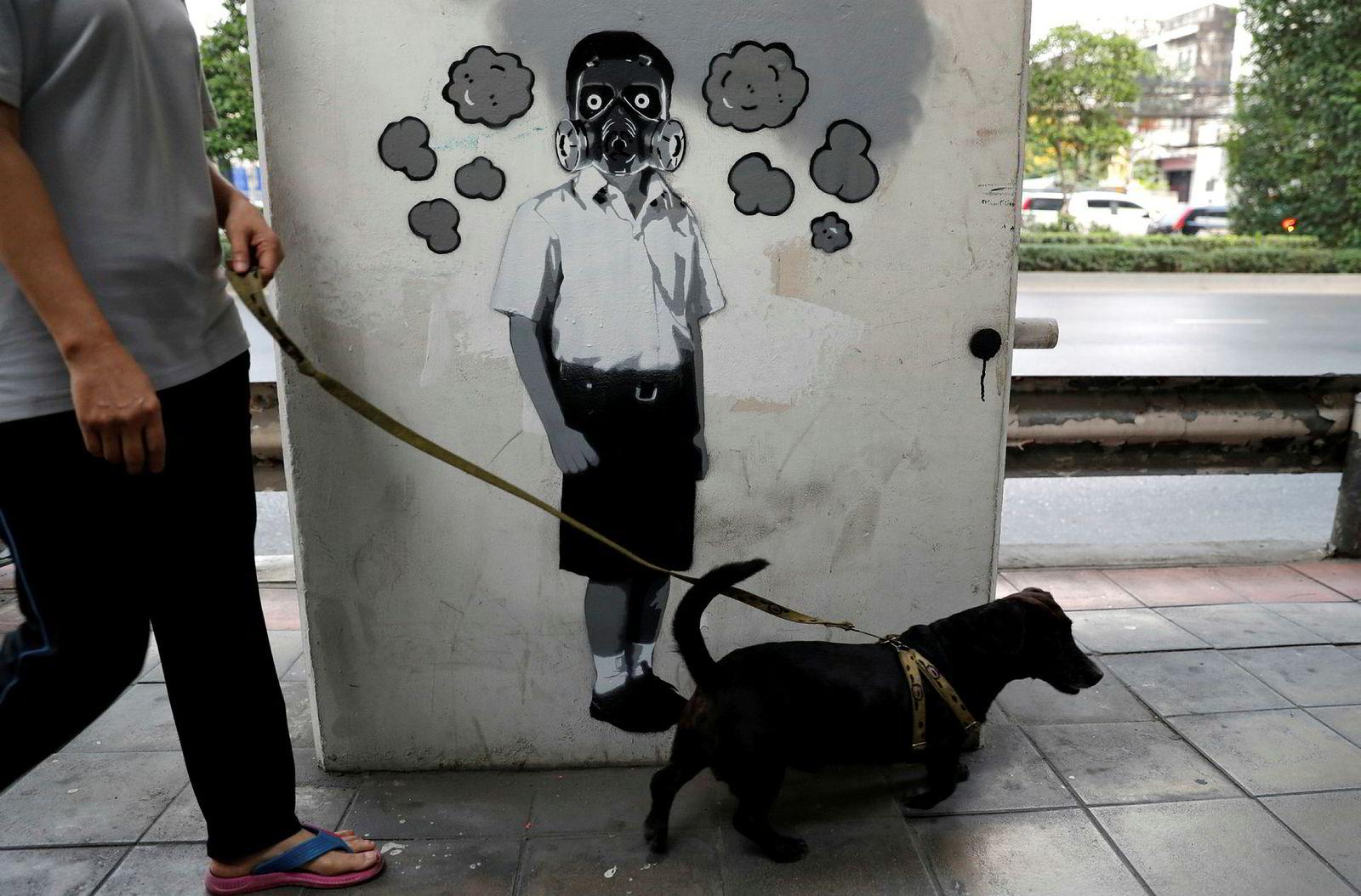 Blir gassmasker det neste for elever i Bangkok, spør den thailandske graffitiartisten «Headache Stencil».