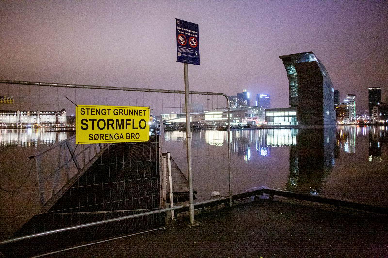Flytebroen fra Sørenga over til sentrum var stengt på grunn av stormflo.