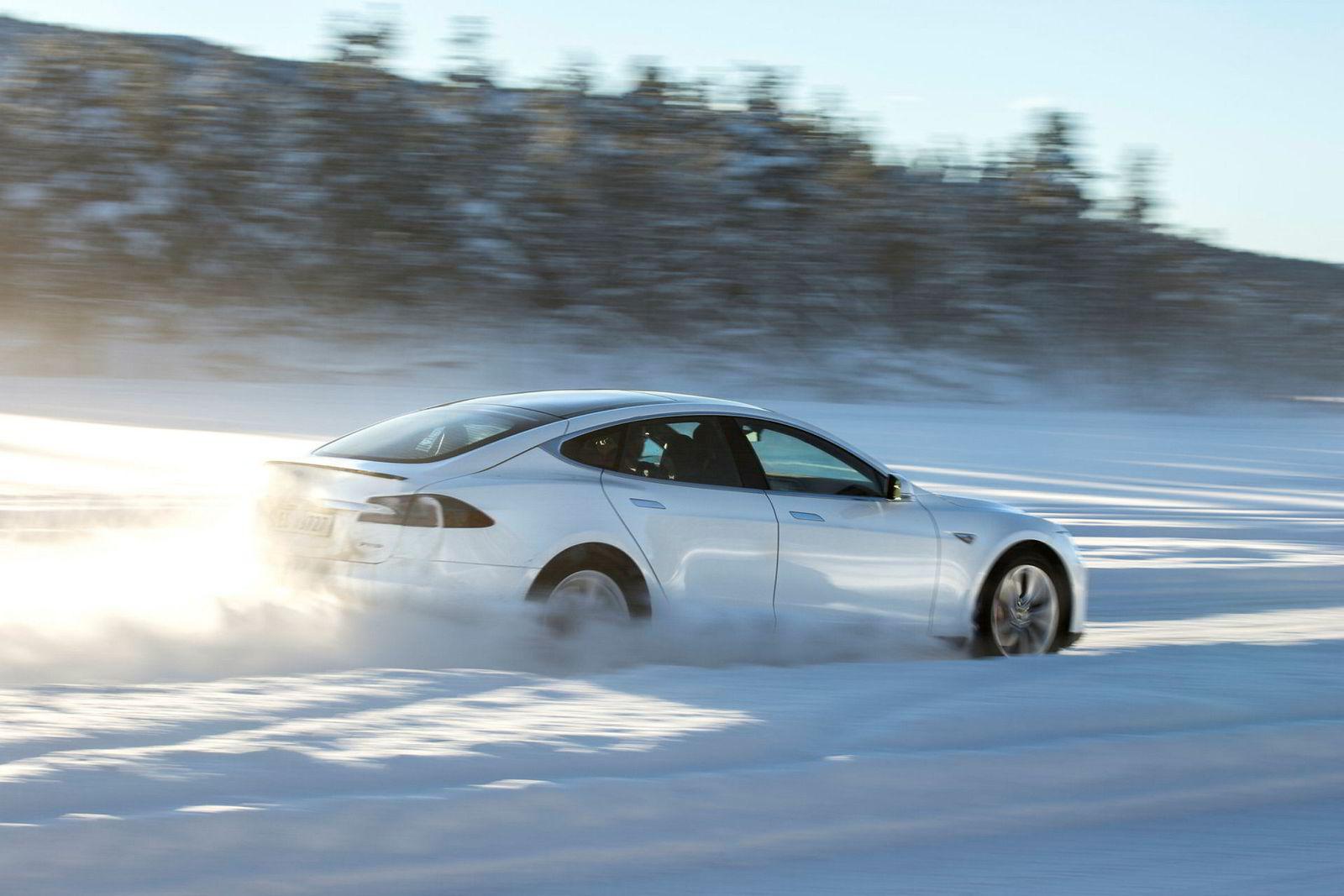 Tesla Model S kan nå bestilles kun i firehjulsdreven versjon, som på dette bildet ser ut til å klare av snø relativt greit.