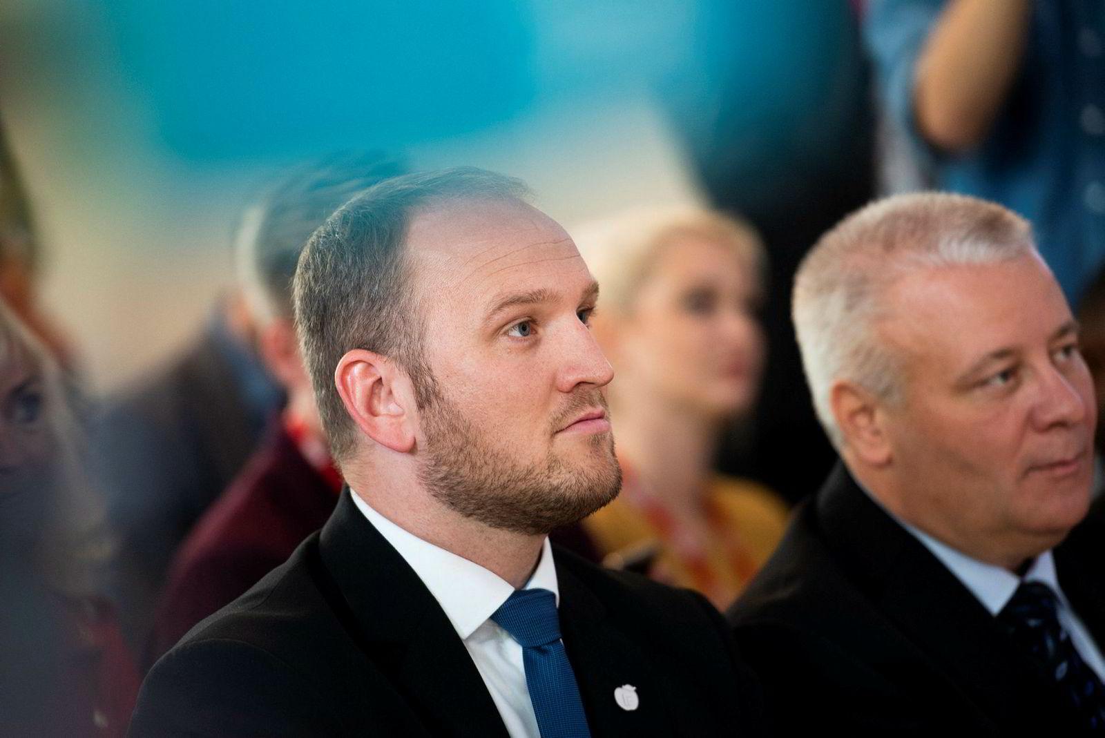 Samferdselsminister Jon Georg Dale (Frp) er bedt om å stanse Vy-navnet. Her er Dale med tidligere landbruksminister Bård Hoksrud (Frp).