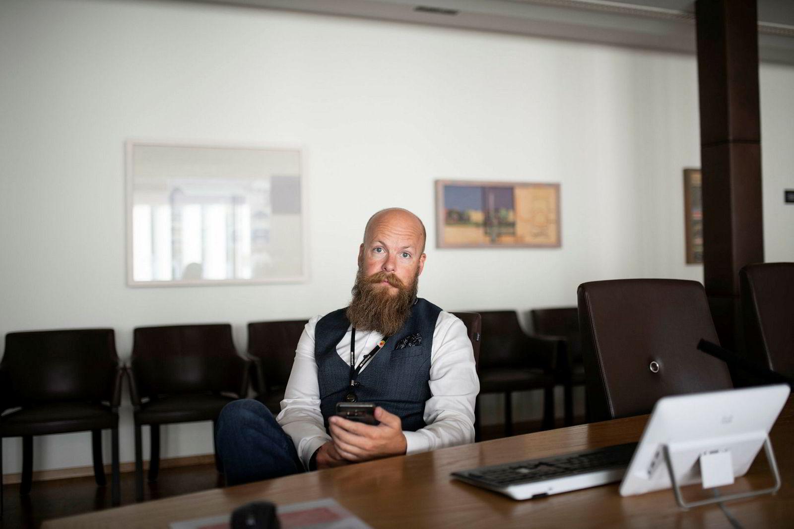Bjørn Watne, sikkerhetssjef i Storebrand, sier ledelsen i selskapet anser cyberrisko som en av deres største forretningsrisikoer. Et tiltak er for eksempel å sjekke møterommet for mikrofoner før det deles sensitiv informasjon.