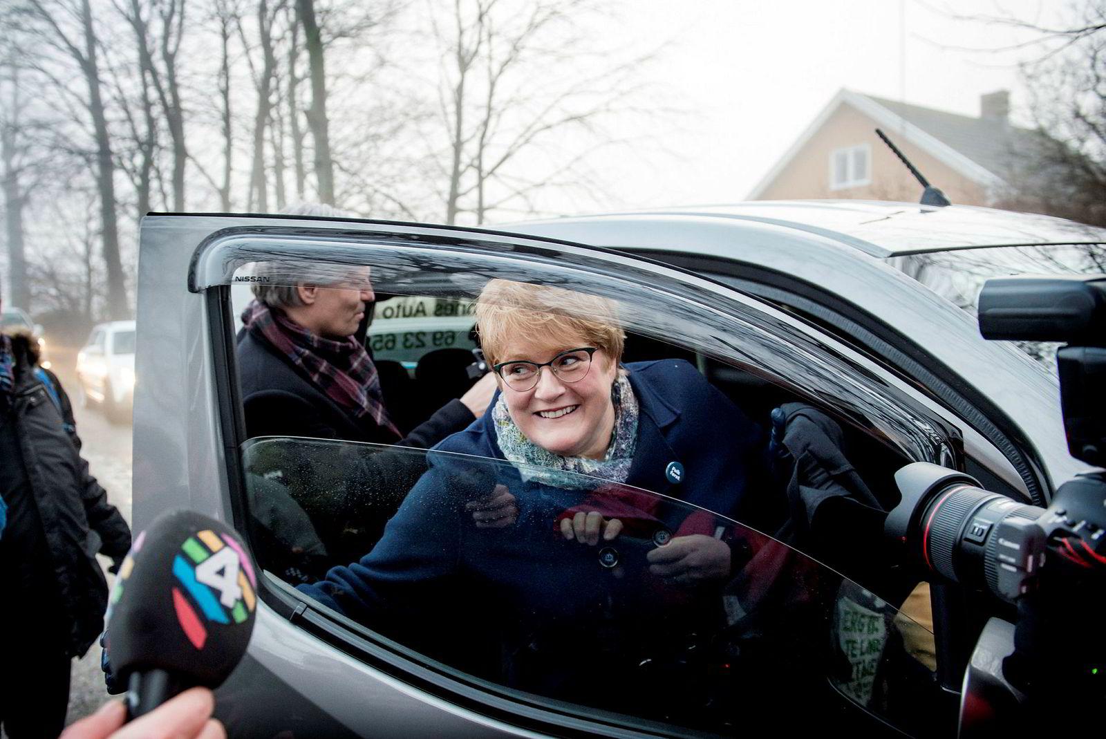 Venstres Trine Skei Grande på vei med bil inn til hotell Jeløy Radio hvor regjeringsforhandlingene startet tirsdag morgen. ---