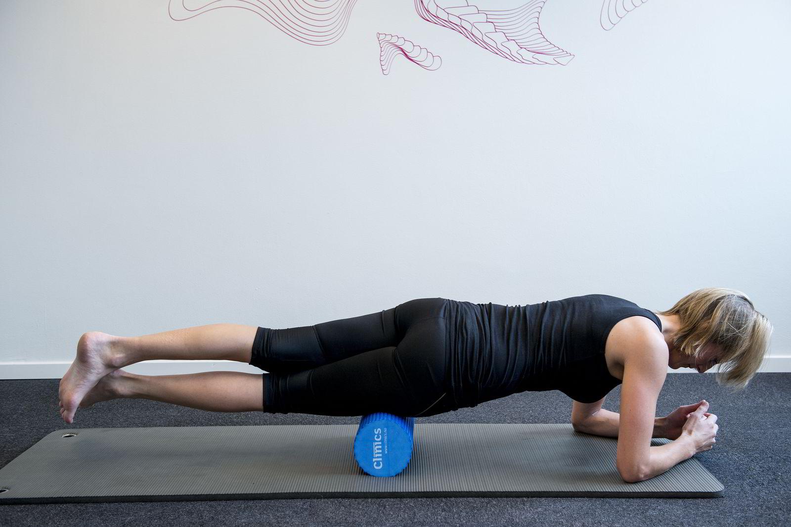 FORSIDE LÅR: Rull fra over kneet og opp til hoften, rull da litt mot siden for å få tak i hoftebøyeren.