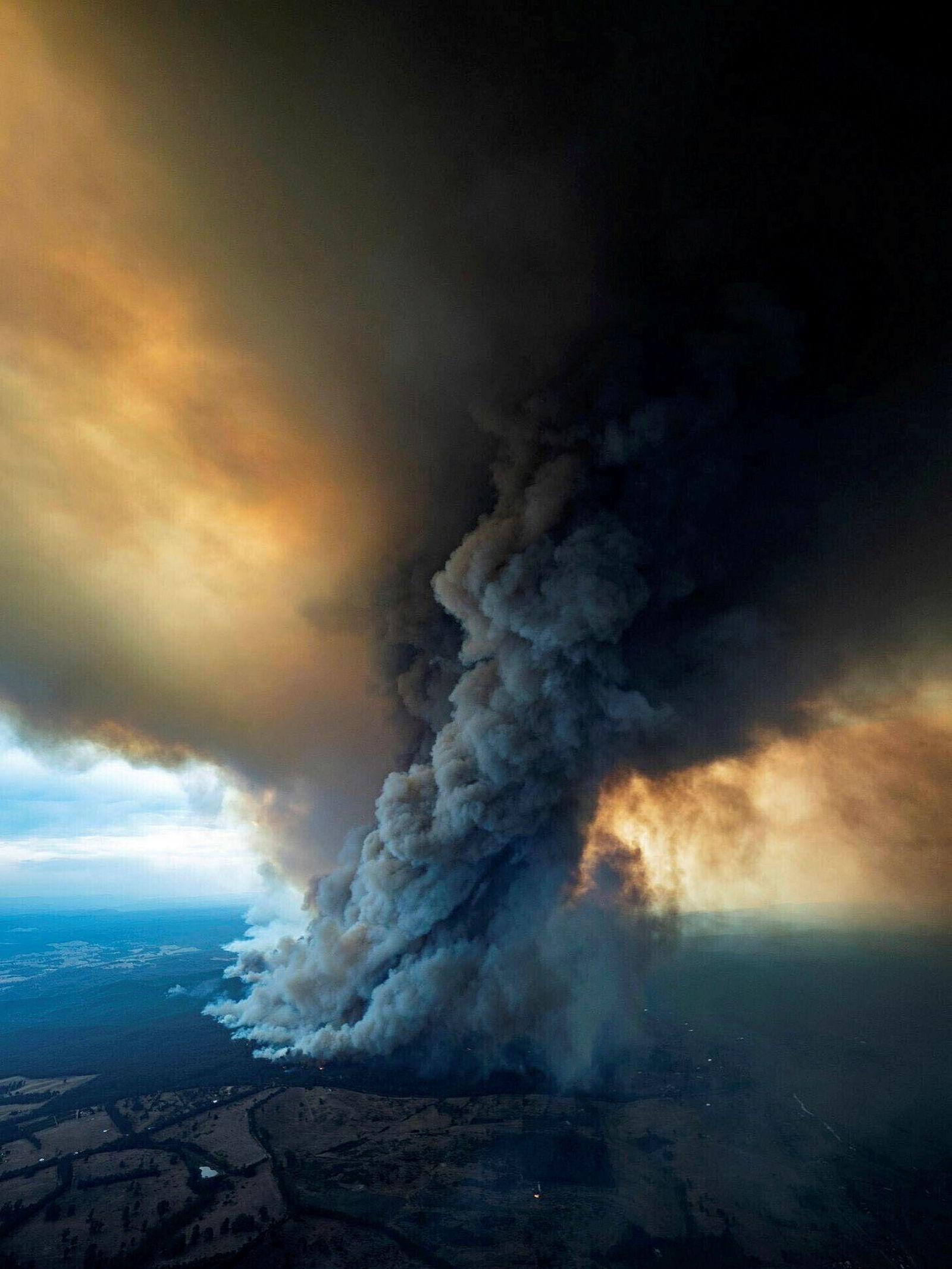 Tusenvis av turister har flyktet fra flammene i Øst-Gippsland i Victoria. Militæret i Australia bistår i evakueringen.