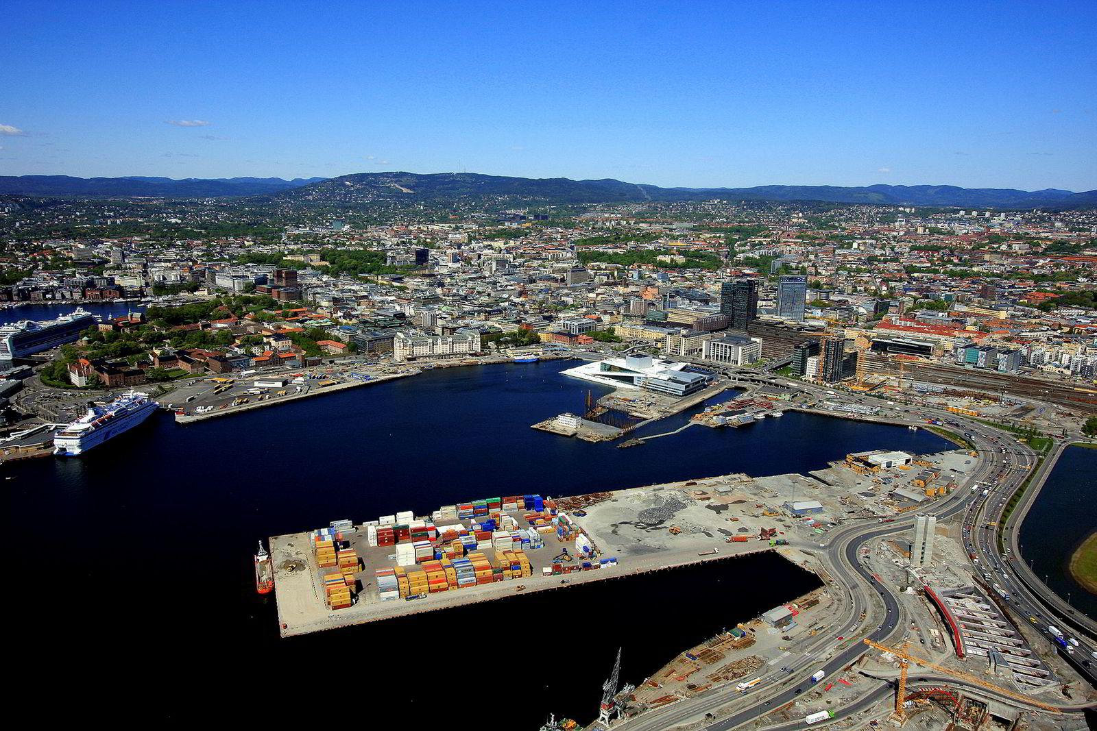 Slik så det ut i Bjørvika i 2009 – før utbygging av havnesiden og Sørenga. Barcode er så vidt påbegynt.